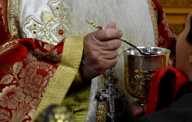 Ναύπακτος: Θύελλα με ιερέα που αρνήθηκε να κοινωνήσει 8χρονο κορίτσι! Εξηγήσεις μετά το εξώδικο