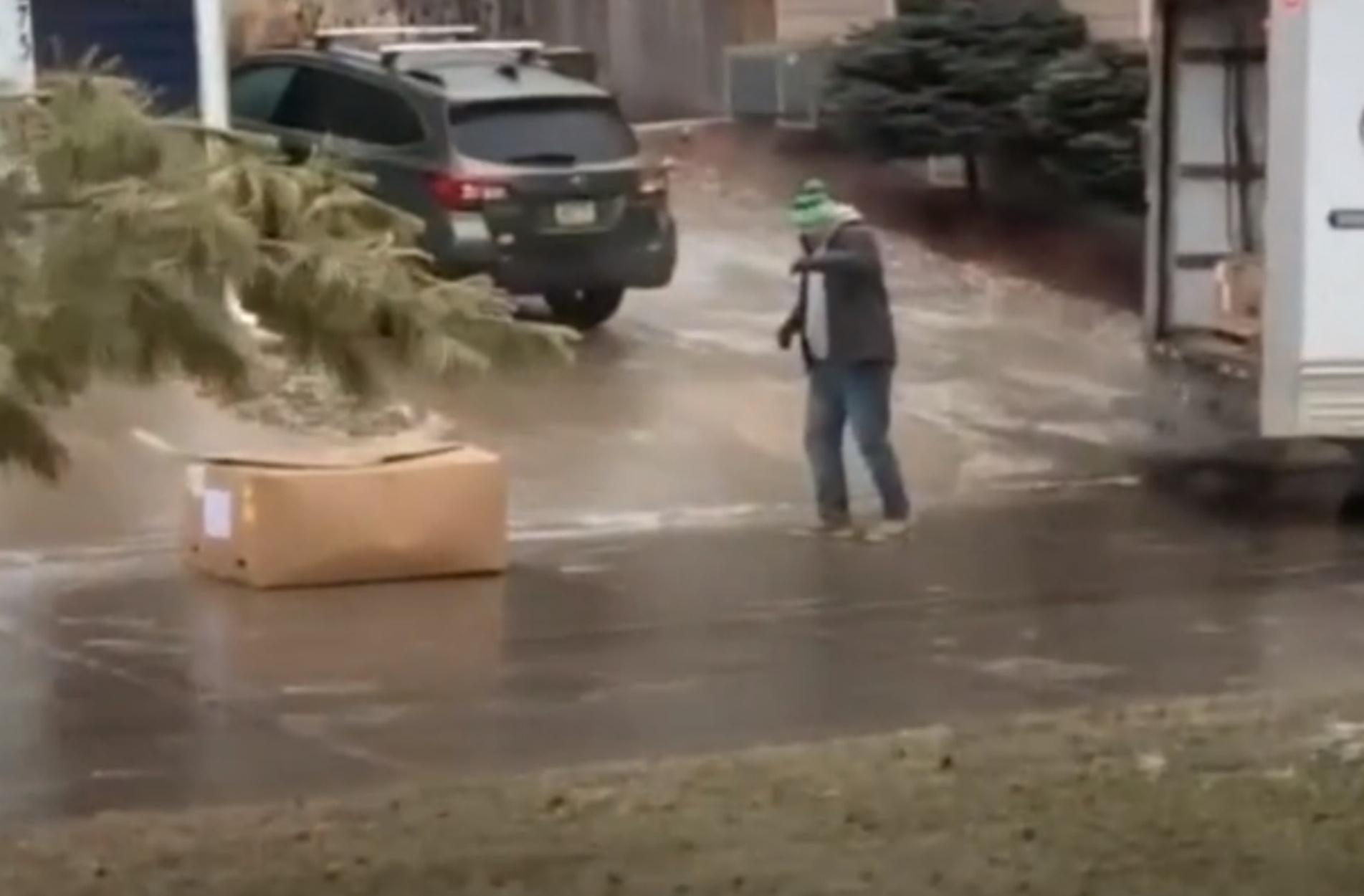 Κούριερ πασχίζουν σε γλιστερό δρόμο να παραδώσουν μεγάλο πακέτο!