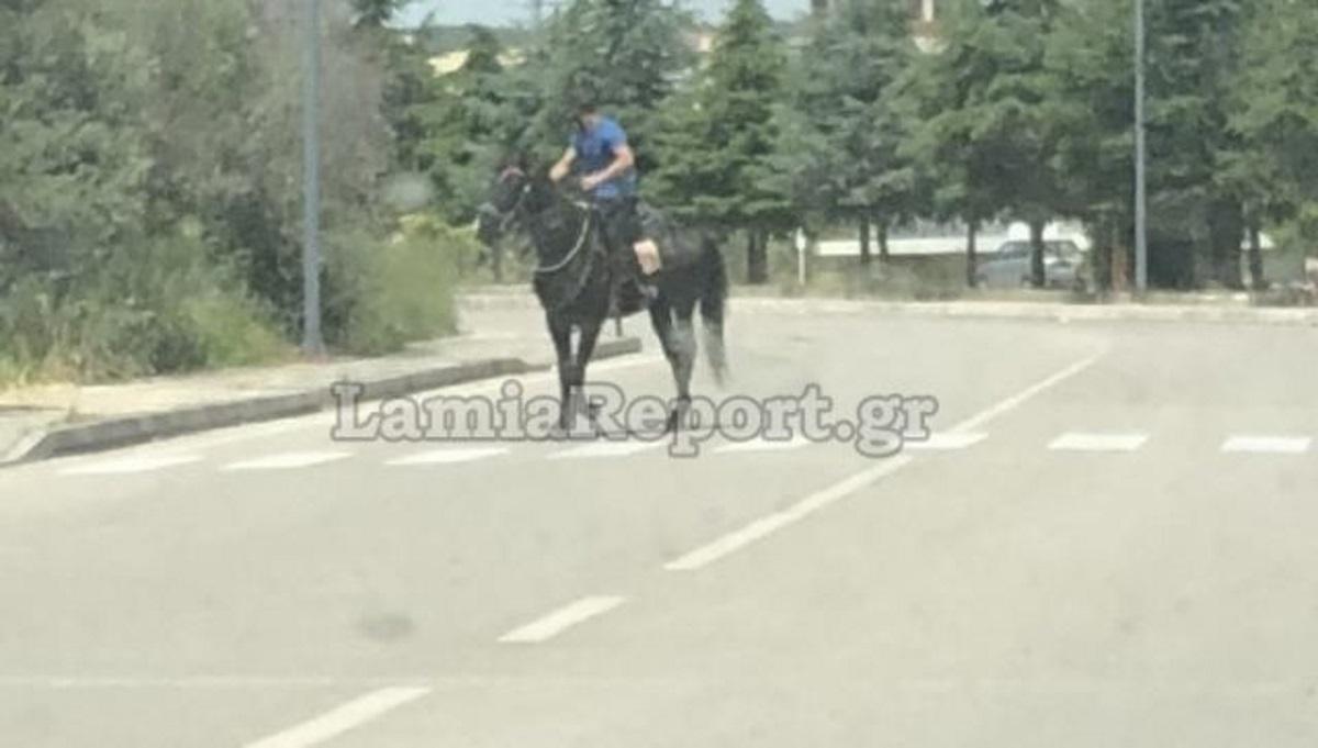 Κυκλοφορεί με… άλογο μέσα στη Λαμία (video)