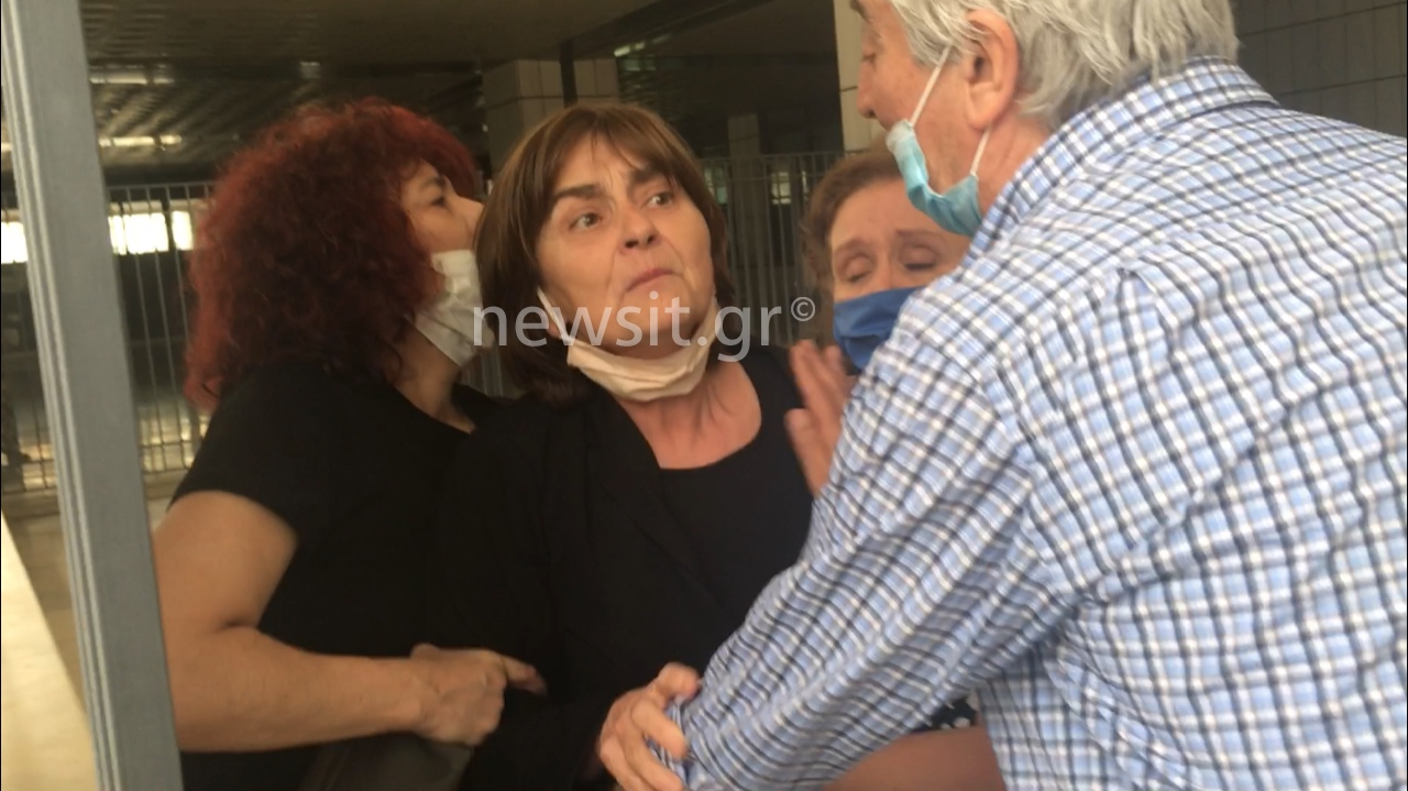 Στο ιατρείο η μητέρα της Ελένης Τοπαλούδη – «Τα κοπρόσκυλα βίασαν και σκότωσαν το παιδί μου»