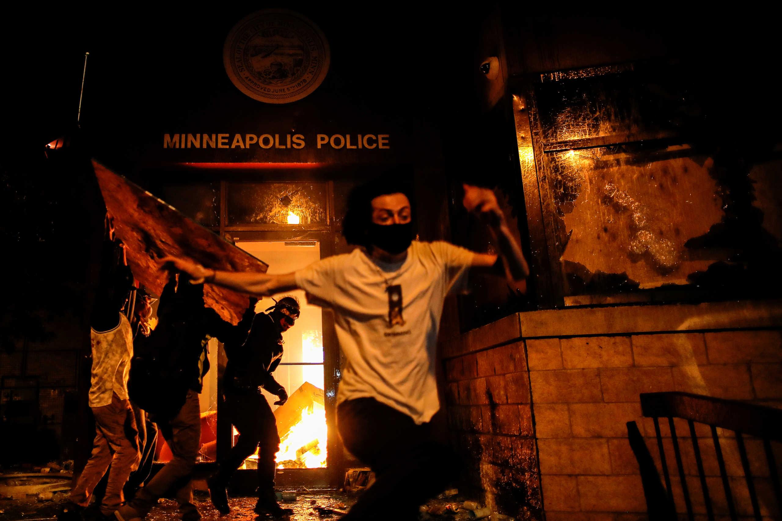 Τραμπ: Στέλνω την Εθνική Φρουρά και τον στρατό στην Μινεάπολη – Θα πυροβολείται όποιος λεηλατεί
