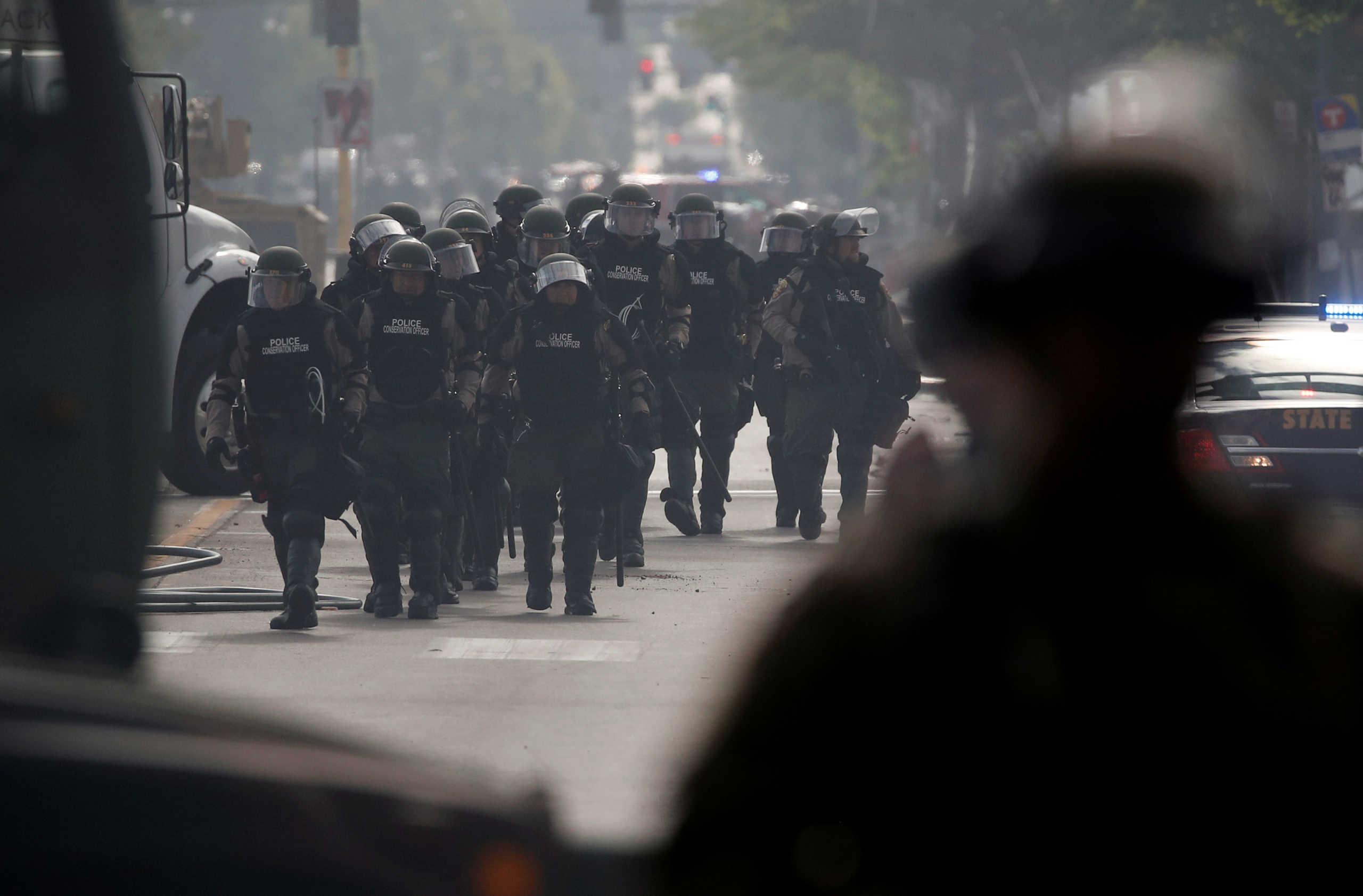 Στρατοκρατείται η Μινεάπολη! Ξεχειλίζει η οργή στις ΗΠΑ για την δολοφονία του Τζορτζ Φλόιντ