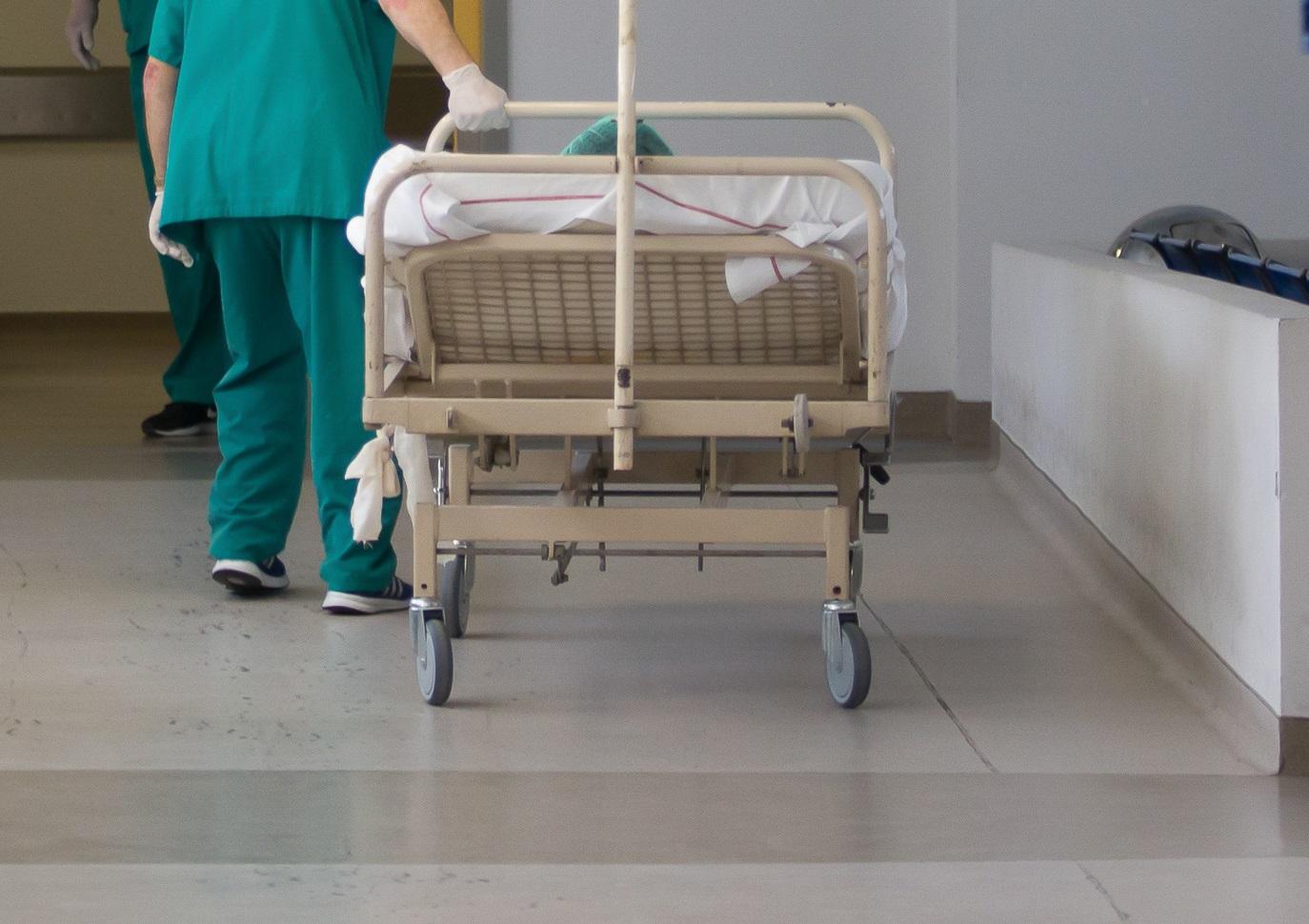 """Ηράκλειο: Ασθενής άρχισε να κυνηγάει τους γιατρούς με μαχαίρι! """"Τα είδαμε όλα από τη μια στιγμή στην άλλη"""" (Βίντεο)"""