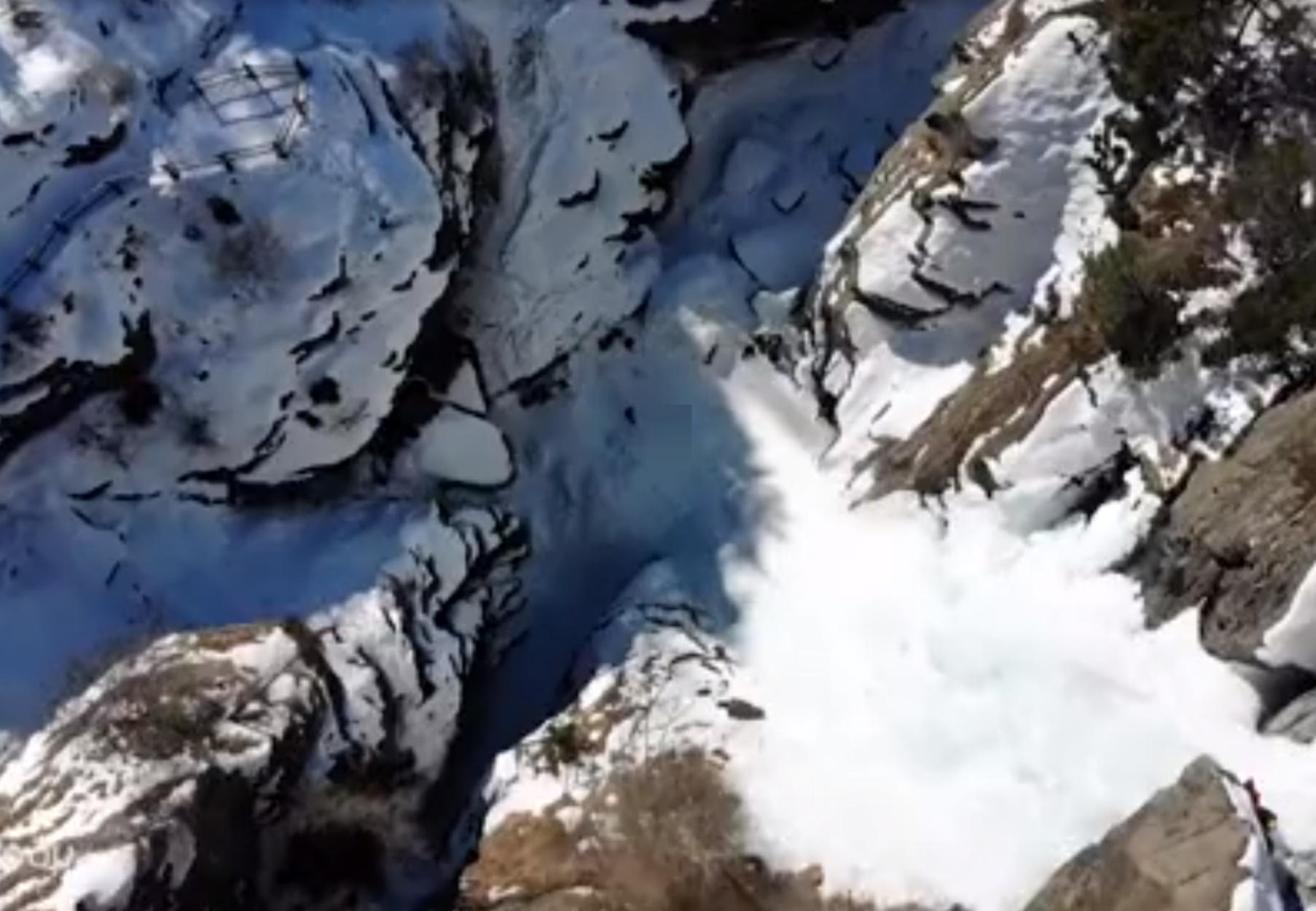 Ορειβάτες σκαρφαλώνουν σε τεράστιο παγωμένο καταρράκτη στην Ιταλία!