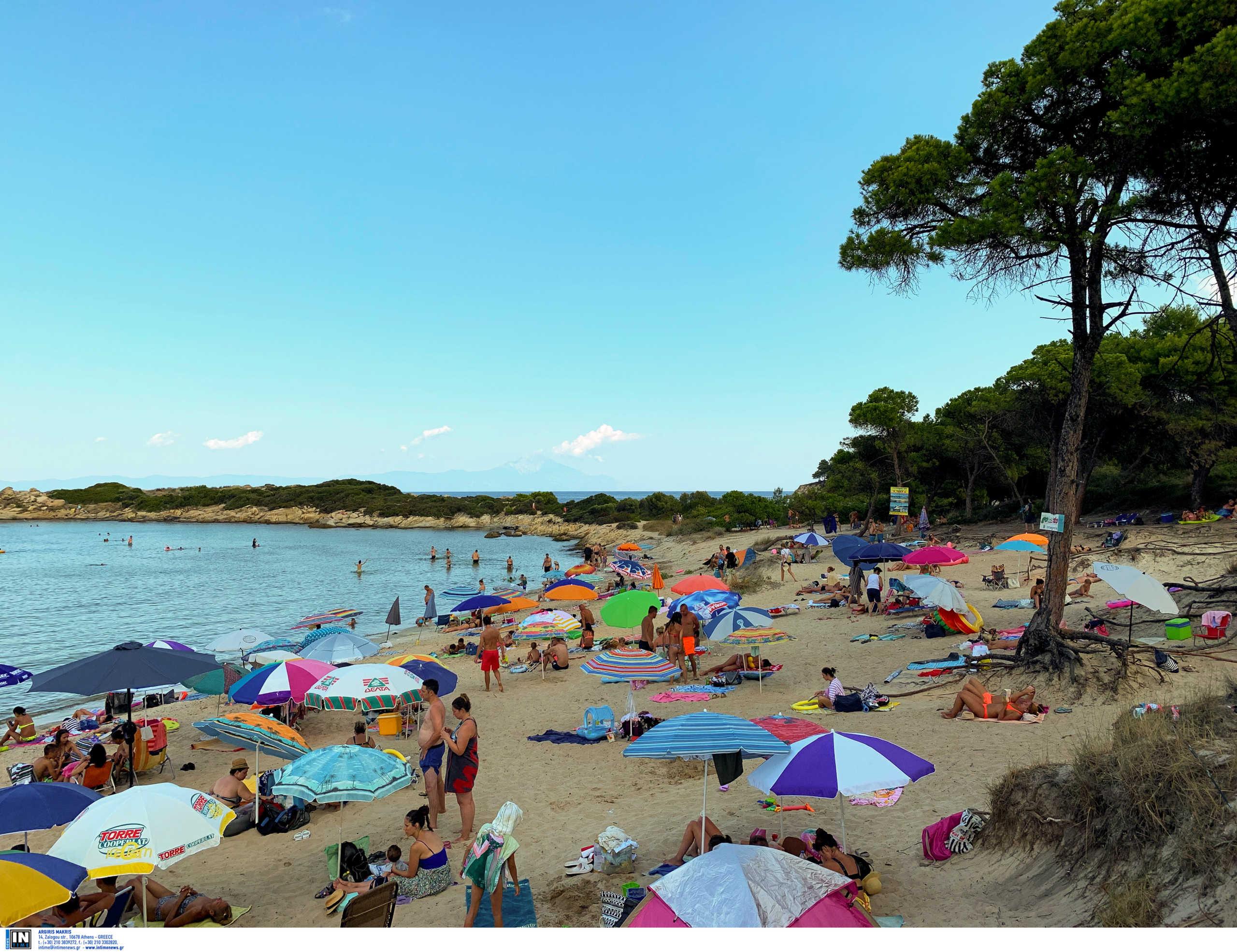 Γαλάζιες σημαίες: Αυτές είναι οι καλύτερες παραλίες σε Αττική, Θεσσαλονίκη και Χαλκιδική