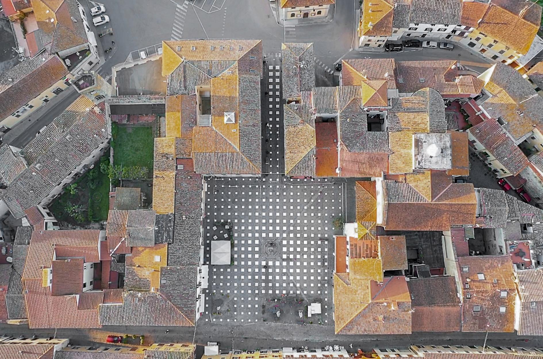 Πρωτότυπη εγκατάσταση για χρήση πλατείας στον καιρό του κορονοϊού