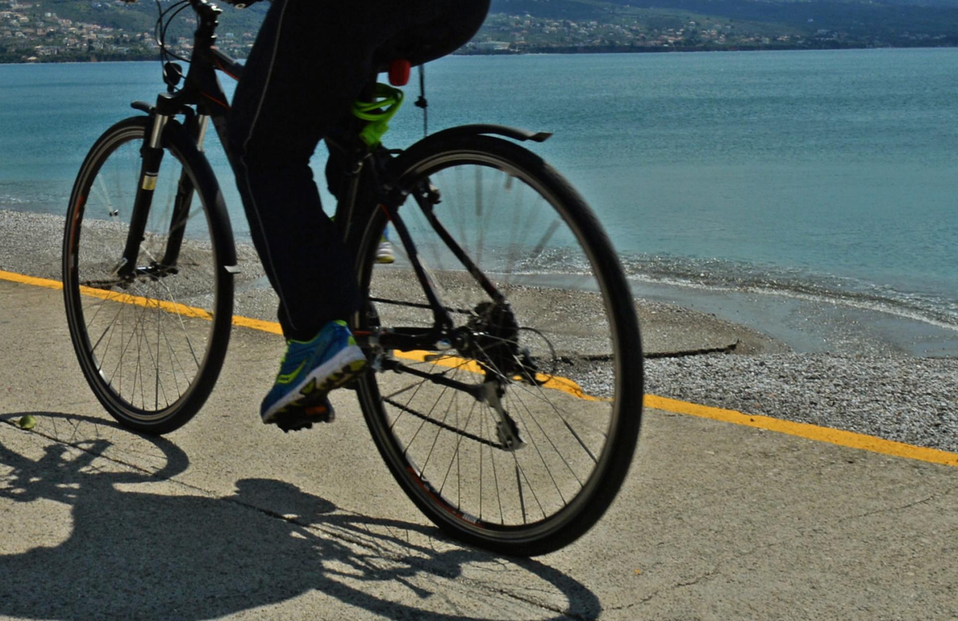 Κόρινθος: Στο νοσοκομείο ποδηλάτης μετά από παράσυρση και εγκατάλειψη στην παλιά εθνική