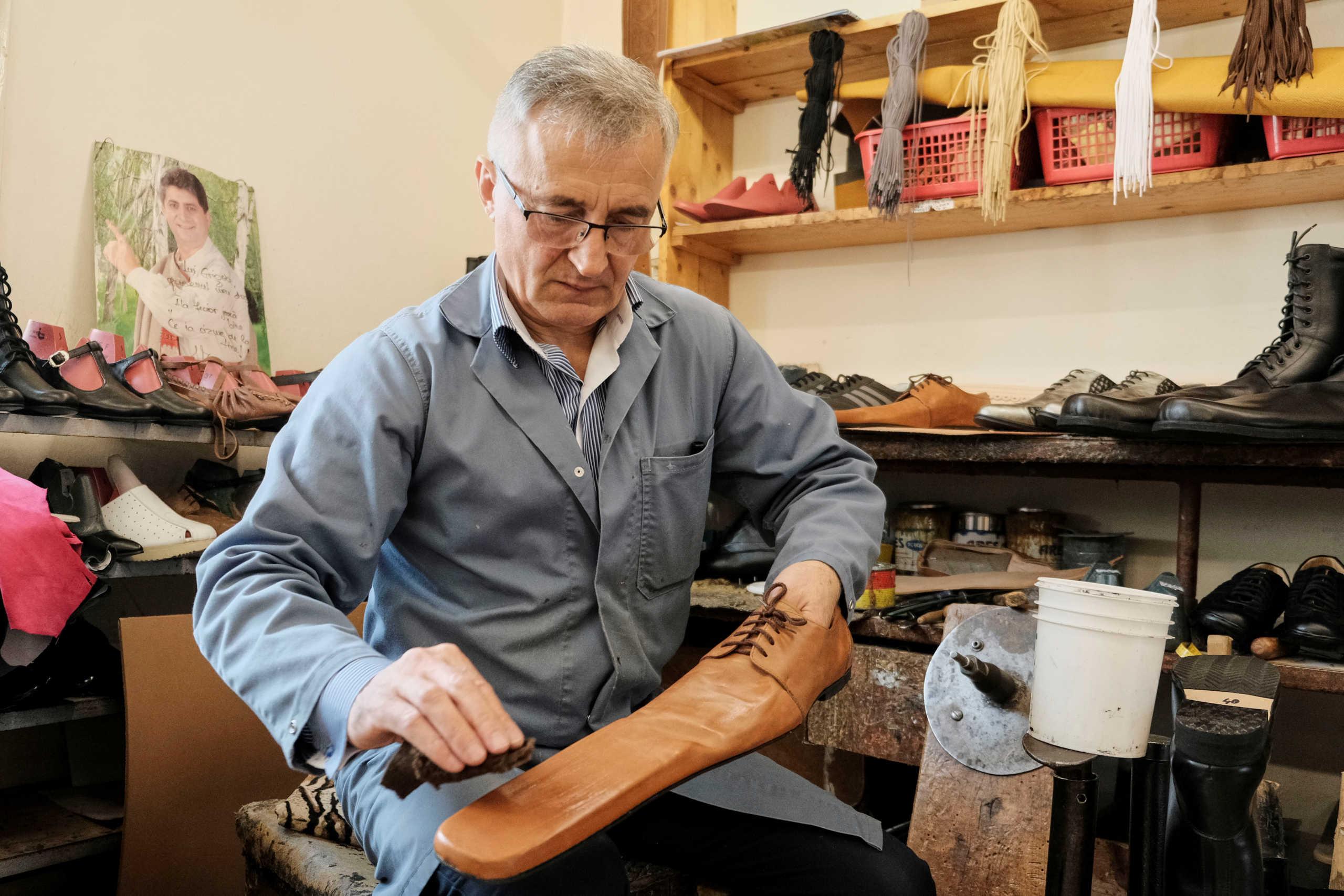 Παπούτσια που… προστατεύουν από τον κορονοϊό – Η φοβερή ιδέα τσαγκάρη στο Κλουζ (pics)
