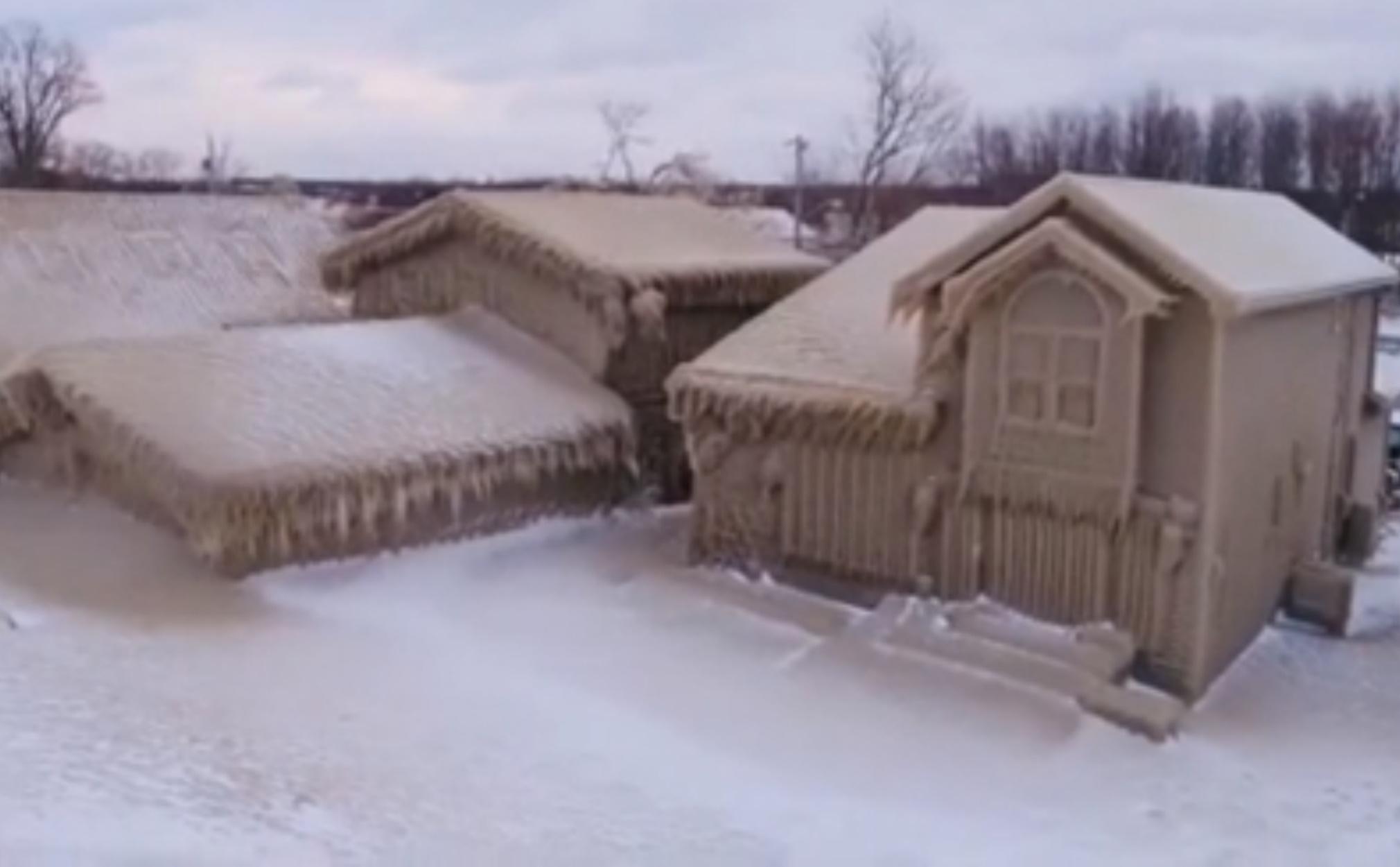 Απίστευτοι άνεμοι έχουν «φτιάξει» σπίτια γεμάτα πάγο!
