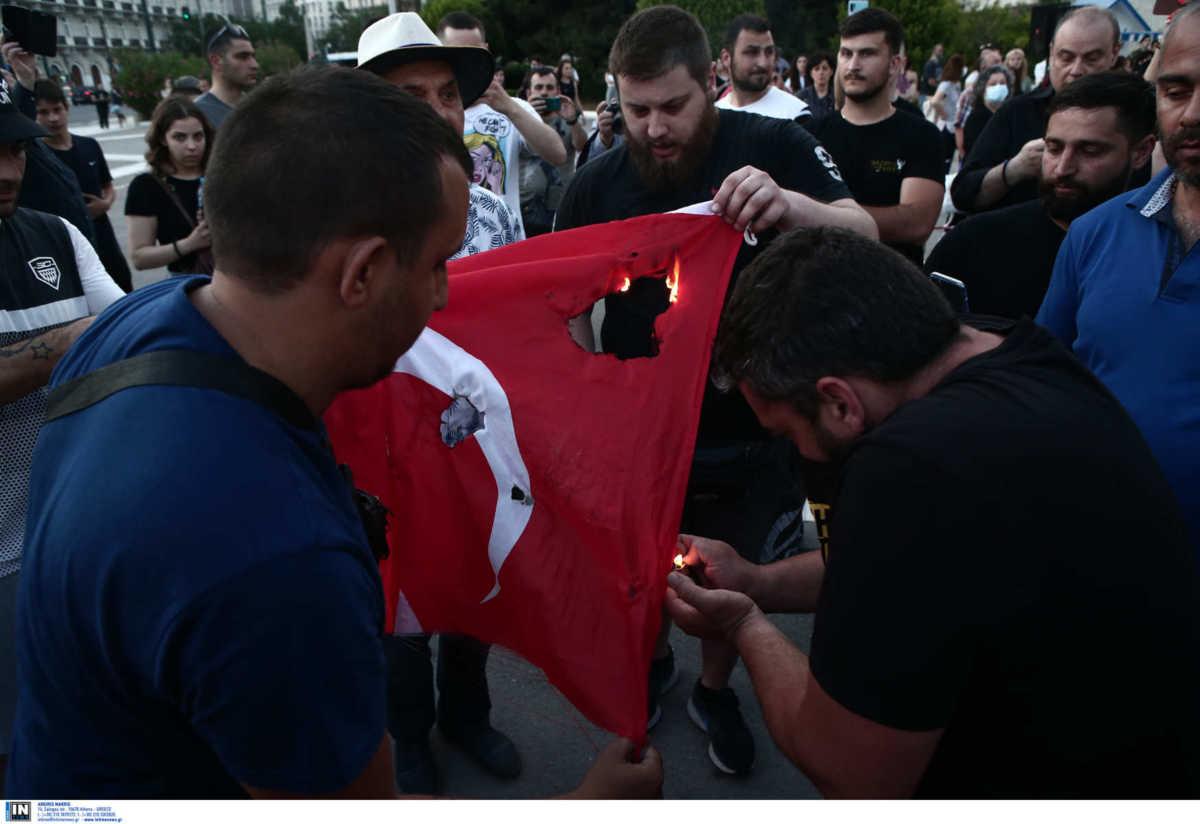 Ένταση στο Σύνταγμα: Έκαψαν τουρκική σημαία στη συγκέντρωση για την Γενοκτονία των Ποντίων (pics)