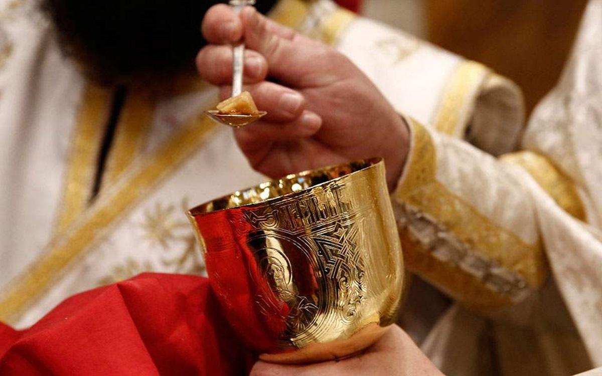 Αχαϊα: Σάλος με ιερέα που αρνήθηκε να κοινωνήσει έγκυο επειδή ακόμα δεν έχει παντρευτεί
