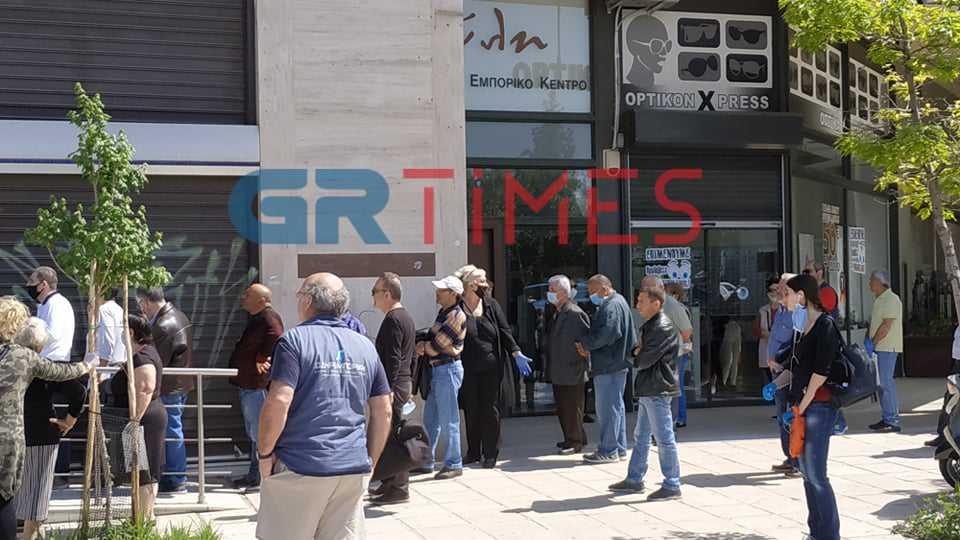 Θεσσαλονίκη: Εκνευρισμός και ευτράπελα στις ουρές της ΔΕΗ και της ΕΥΑΘ (Βίντεο)