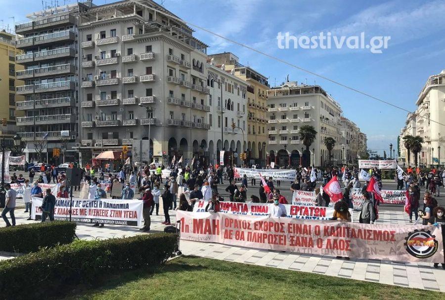 """Θεσσαλονίκη: """"Τα δικαιώματα δεν μπαίνουν σε καραντίνα""""! Μάσκες, γάντια και αποστάσεις στη συγκέντρωση του ΠΑΜΕ"""