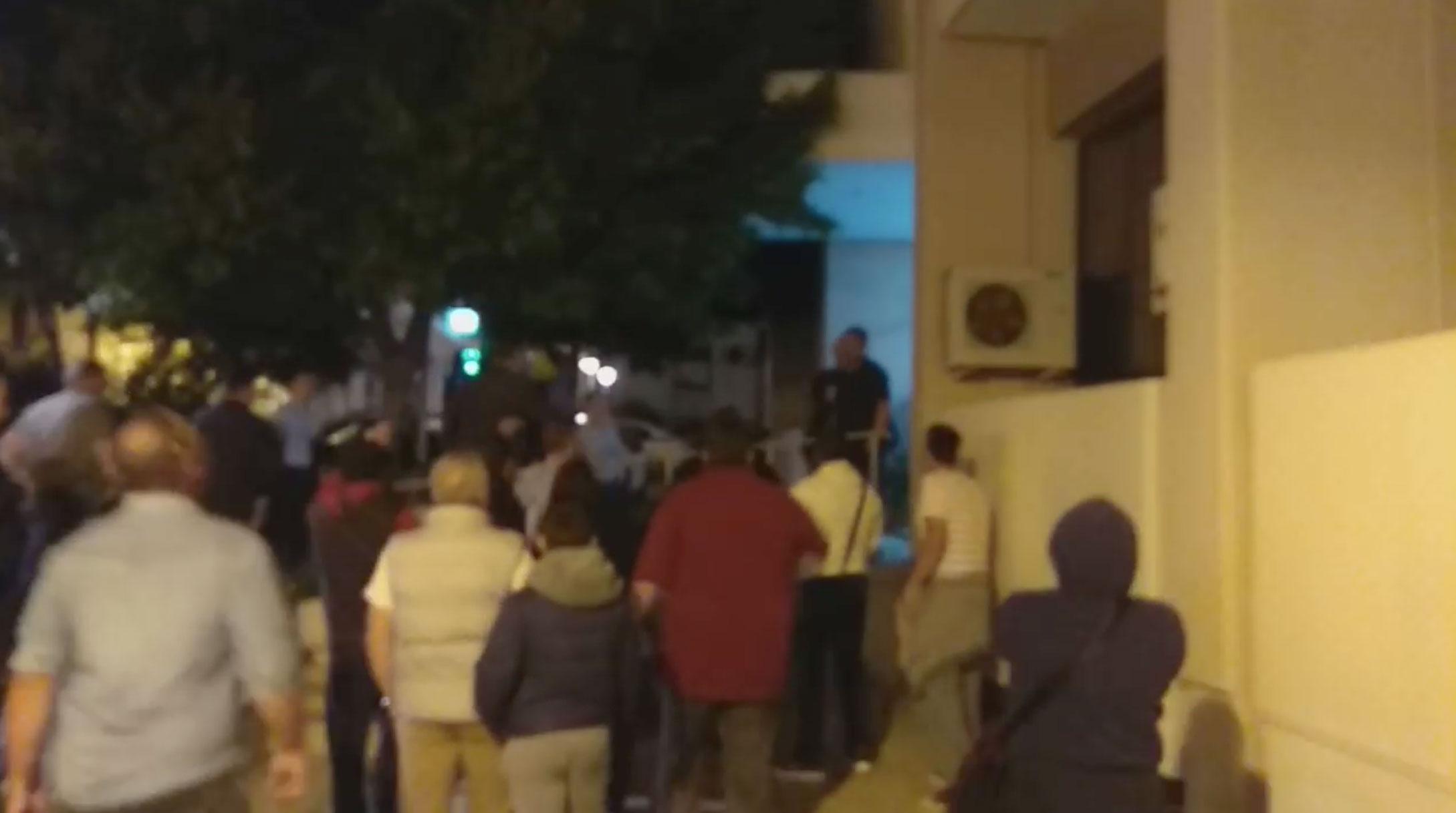 Προπηλακίστηκε στα Μέγαρα ο Γιώργος Τσίπρας: «Προδότη, ξεφτίλα» (video)
