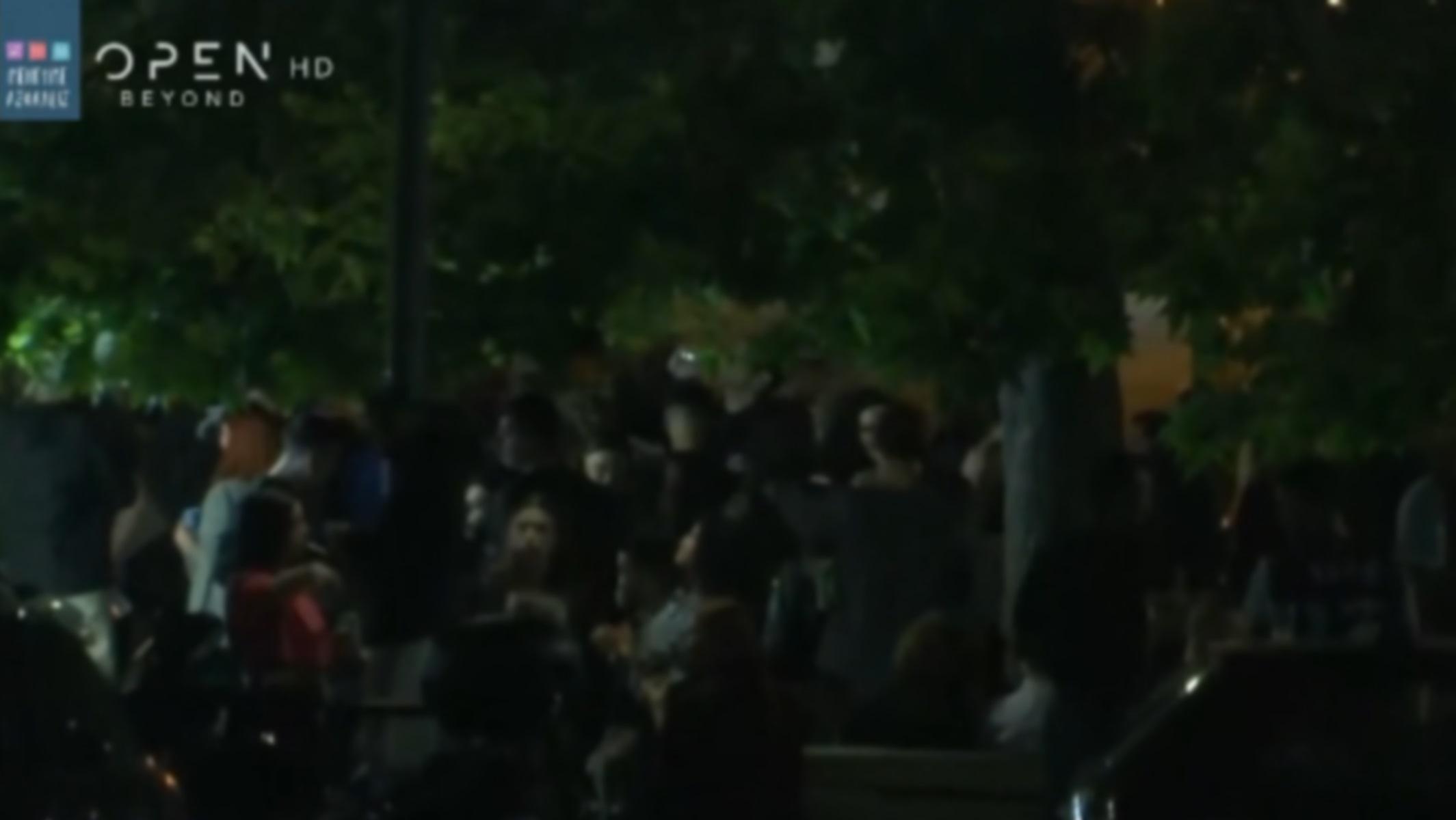 """Παγκράτι: Νέο """"πάρτι"""" στην πλατεία Βαρνάβα παρουσία αστυνομικών –  Πλήθος κόσμου με take away ποτά (video)"""