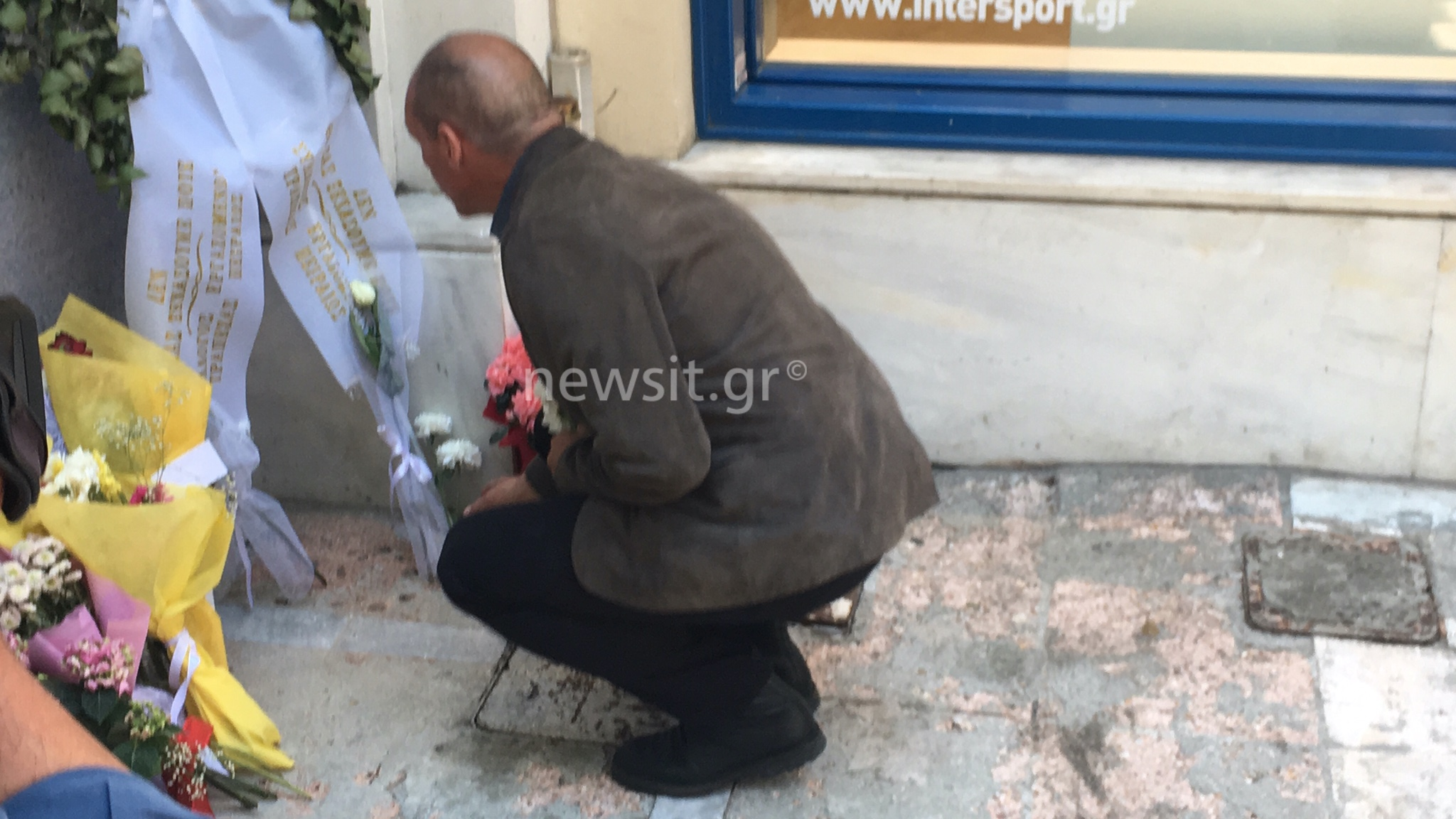 Κατέθεσαν λουλούδια στην μνήμη των θυμάτων της Marfin αλλά ζητούν να μην ανοίξει ξανά η υπόθεση