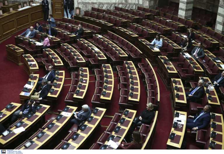 Κορονοϊός: «Ερημώνει» η Βουλή – Αυστηροποιούνται τα μέτρα