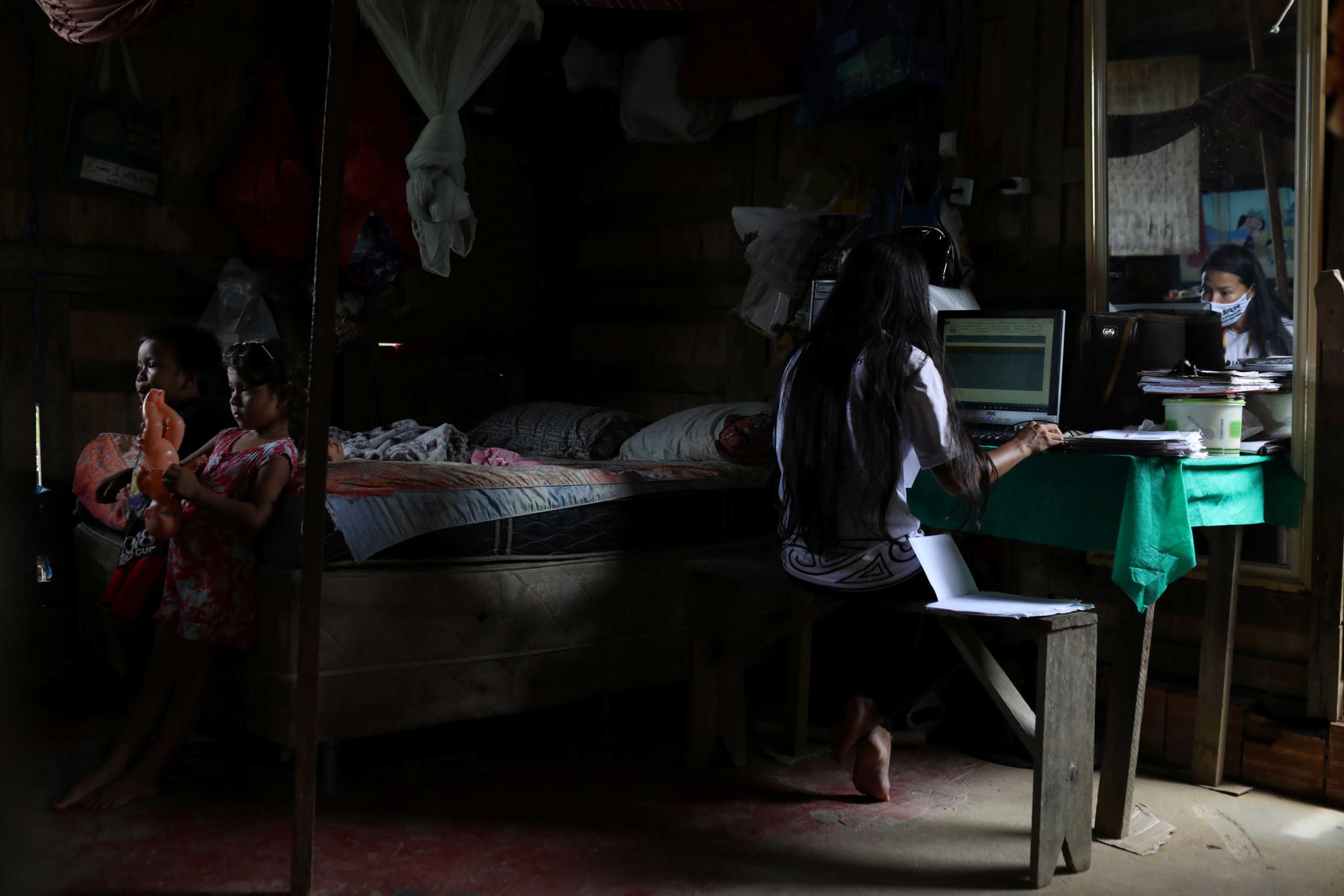 Πρωτοφανείς αρνητικές συνέπειες στις οικογένειες η τηλεργασία