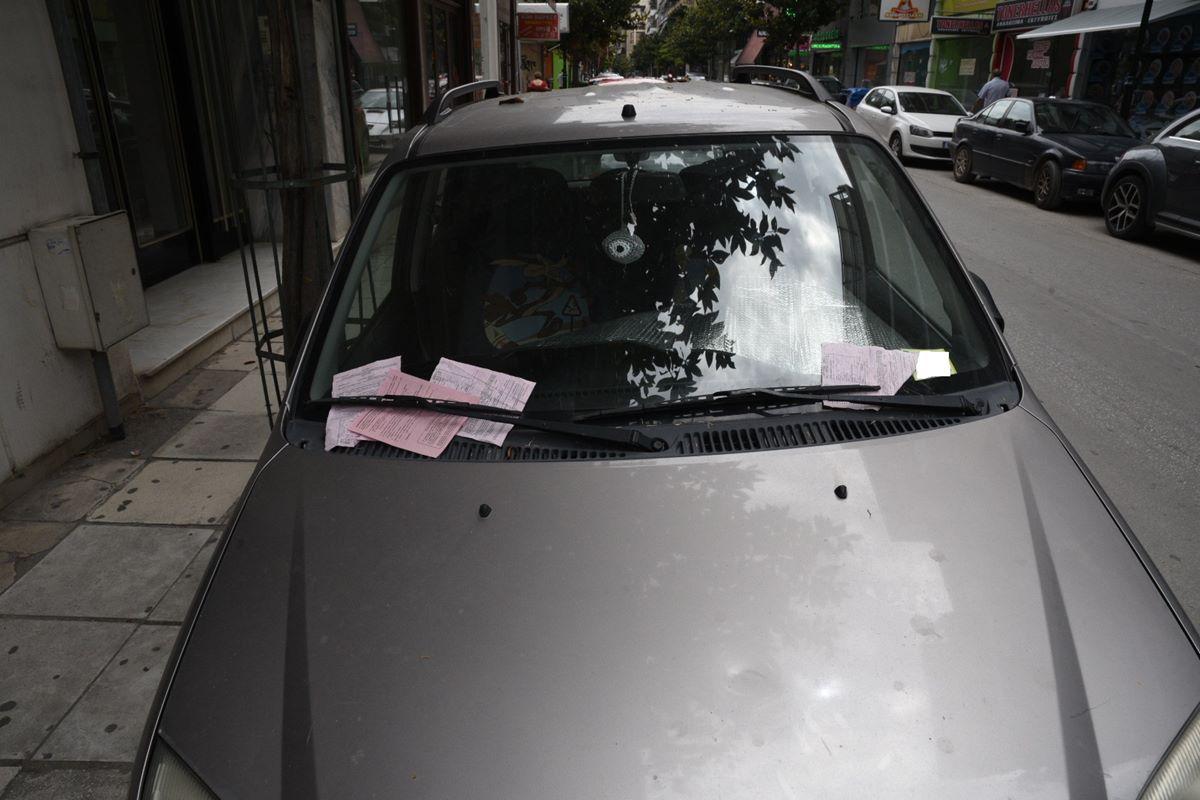 Λάρισα: Βροχή οι κλήσεις πάνω σε αυτό το αυτοκίνητο! Γιατί οι αστυνομικοί δεν του έκοψαν μόνο μία (Φωτό)