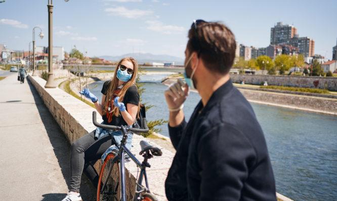 Κορονοϊός: Πόσο μειώνουν μάσκα, κοινωνική απόσταση τον κίνδυνο μετάδοσης