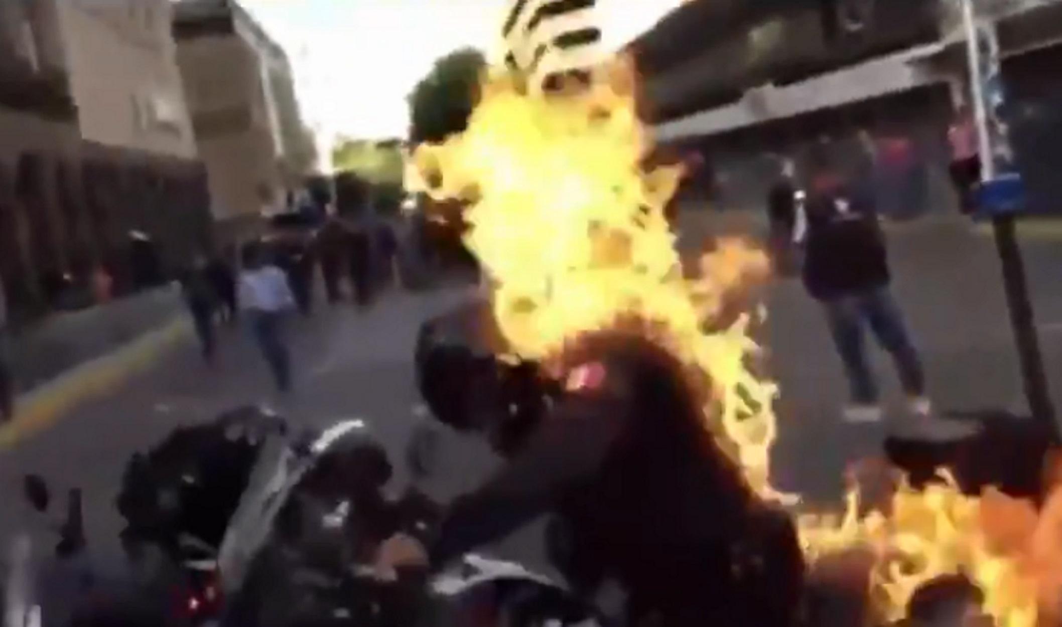 Σοκαριστικό βίντεο στο Μεξικό: Διαδηλωτές πυρπολούν αστυνομικό σε επεισόδια για το θάνατο νεαρού