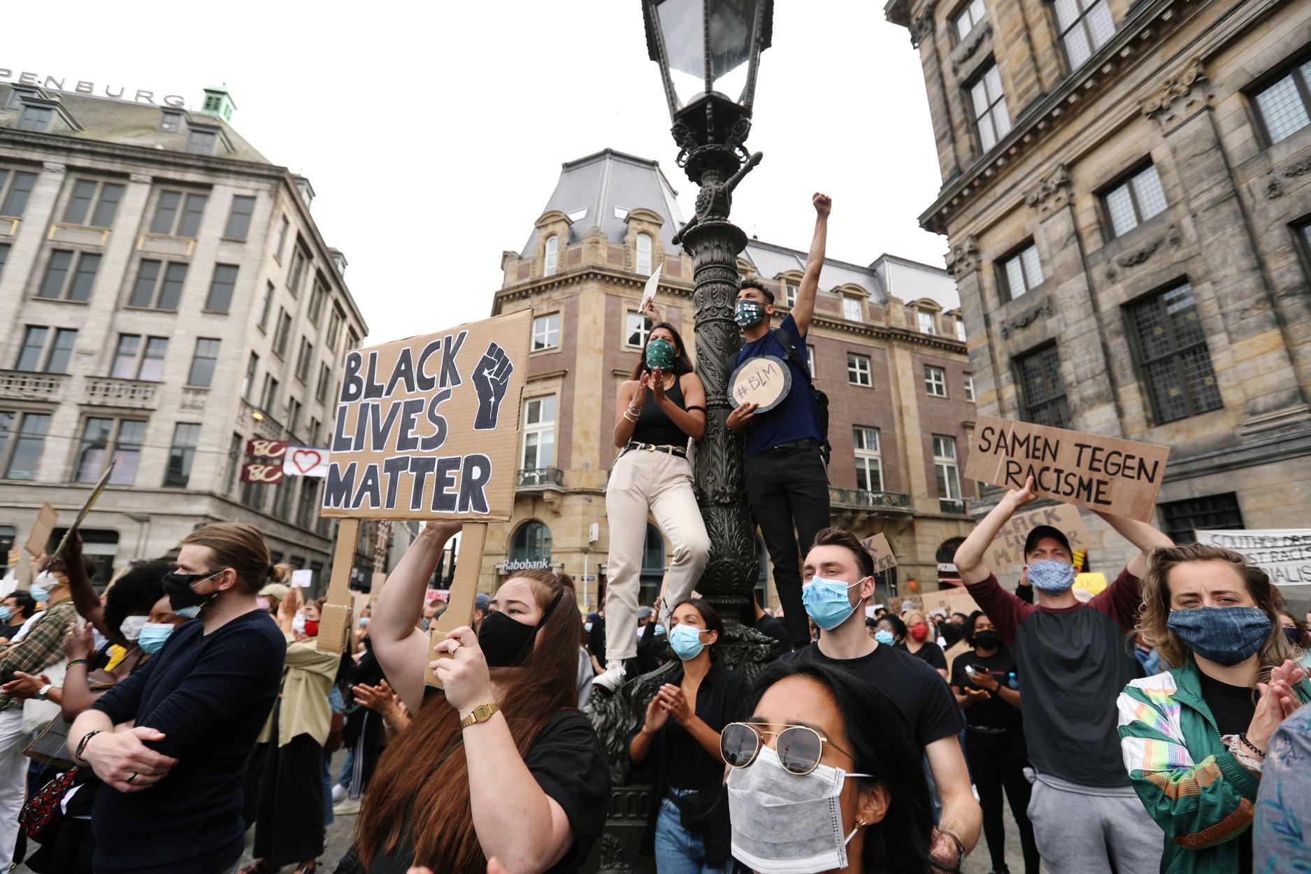 """Ολλανδία: """"Ο ένας πάνω στον άλλο"""" στην αντιρατσιστική διαδήλωση για τον Τζορτζ Φλόιντ"""
