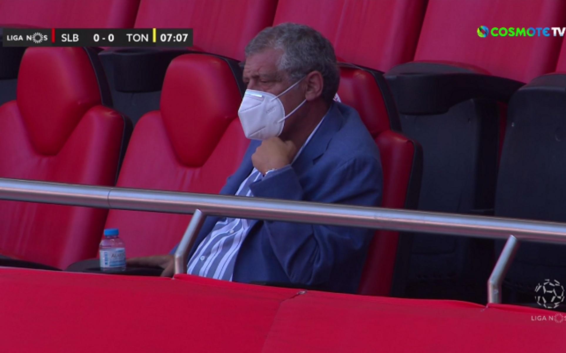 """Φερνάντο Σάντος: Μόνος και με μάσκα στις εξέδρες του """"Ντα Λουζ"""" (video)"""
