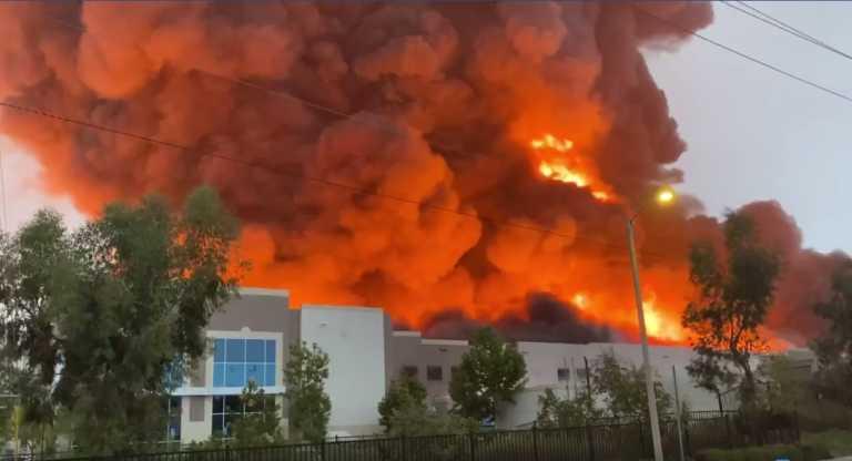 Καλιφόρνια: Τεράστια πυρκαγιά σε αποθήκη - Ανήκει στην Amazon μεταδίδουν τοπικά ΜΜΕ