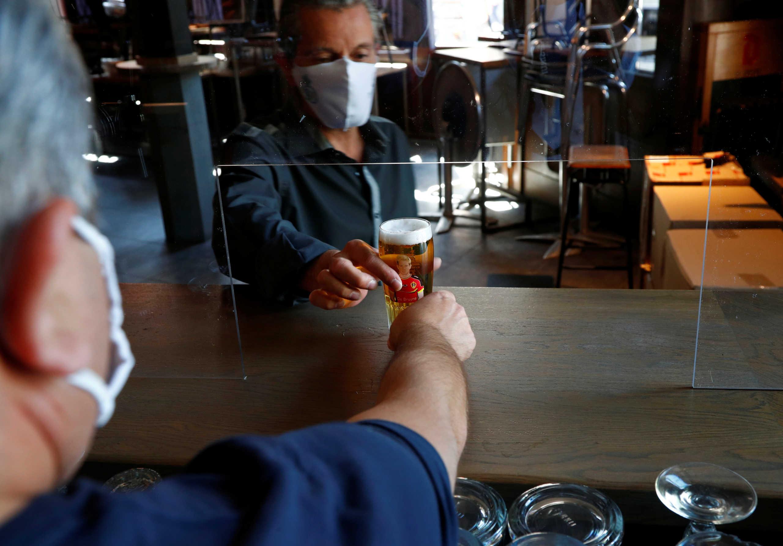 Βέλγιο: Ανοίγουν μπαρ και εστιατόρια – Κλειστά παραμένουν ακόμα τα night club