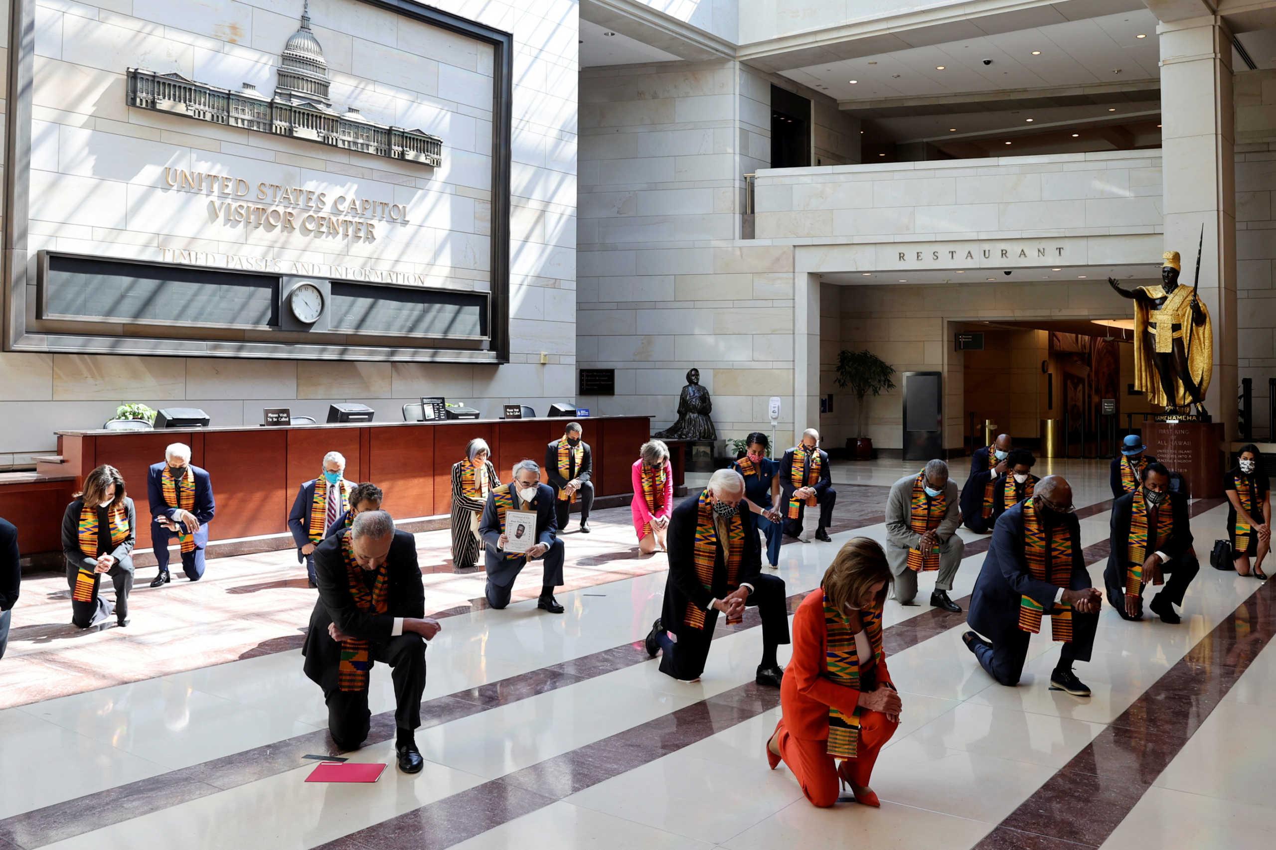 Ανατριχίλα στο Αμερικανικό Κογκρέσο – Γονατιστοί για 8 λεπτά και 46 δευτερόλεπτα οι Δημοκρατικοί στη μνήμη Φλόιντ