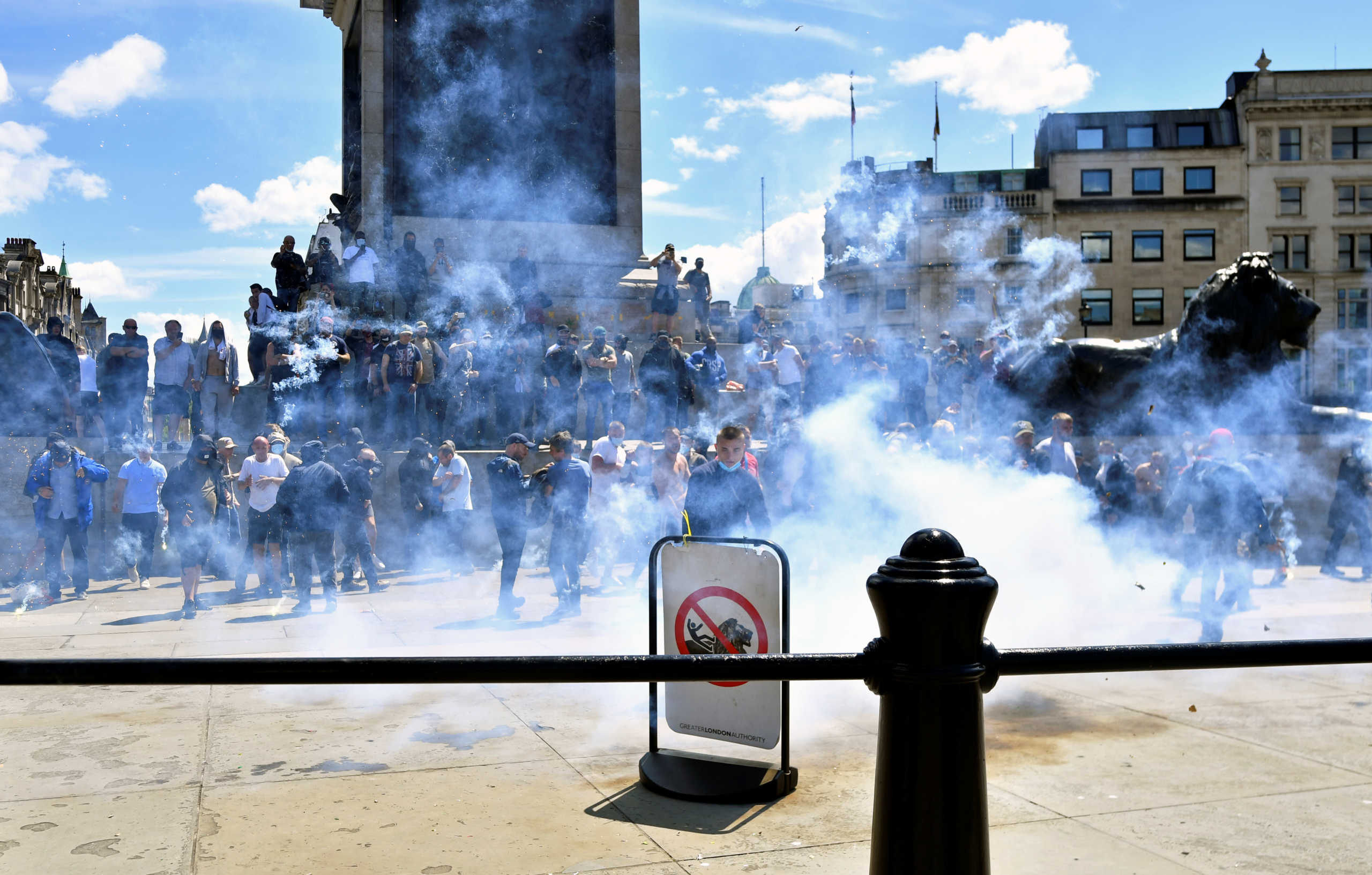 Επεισόδια στη Βρετανία: Ακροδεξιοί συγκρούστηκαν με διαδηλωτές κατά του ρατσισμού