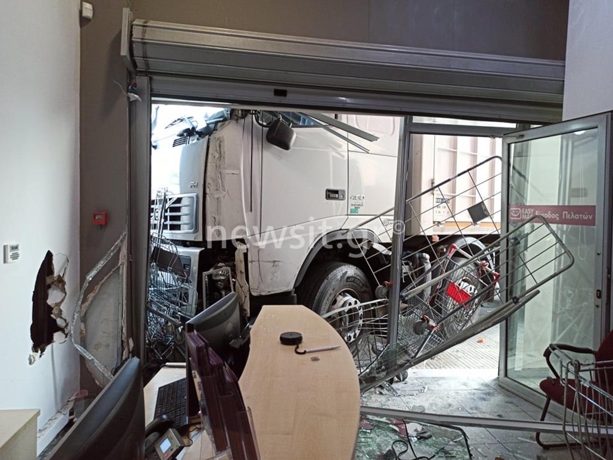Εικόνες σοκ από την Πειραιώς: Φορτηγό έπεσε σε γραφεία εταιρίας – O οδηγός έπαθε έμφραγμα