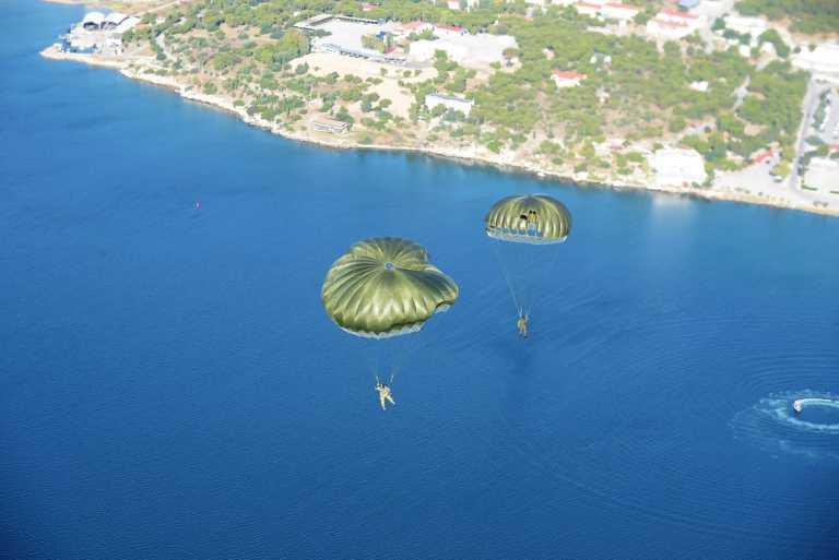 Σε άσκηση των Ειδικών Δυνάμεων ο Αρχηγός ΓΕΕΘΑ - Η ελεύθερη πτώση του με αλεξίπτωτο (pics/vid)