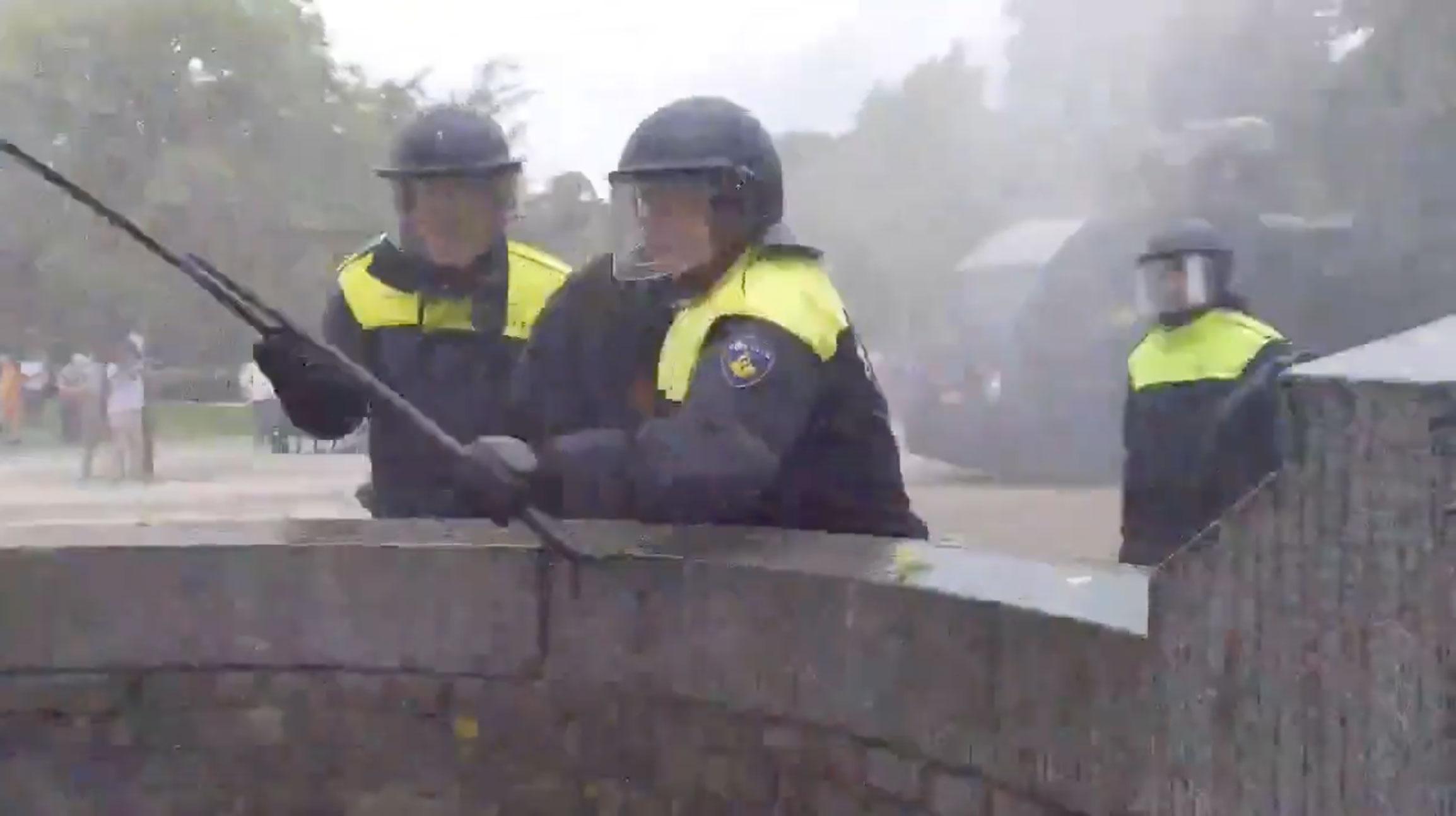 Νέα επεισόδια λόγω κορονοϊού! Συλλήψεις, πετροπόλεμος και… εκτοξευτήρες νερού στη Χάγη
