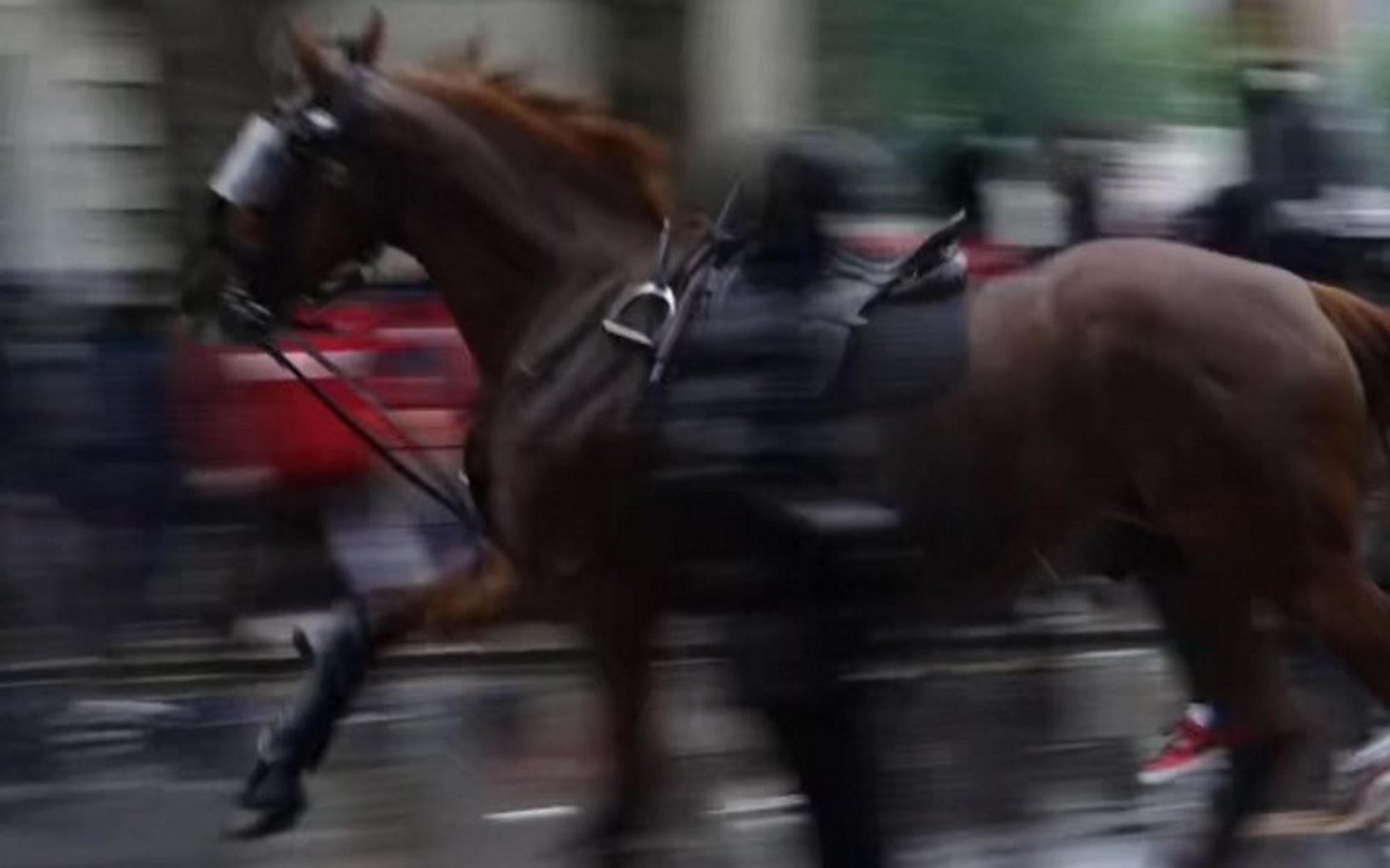 Τζορτζ Φλόιντ: Άλογο σκορπά τον πανικό σε αντιρατσιστική διαδήλωση στο Λονδίνο (video)
