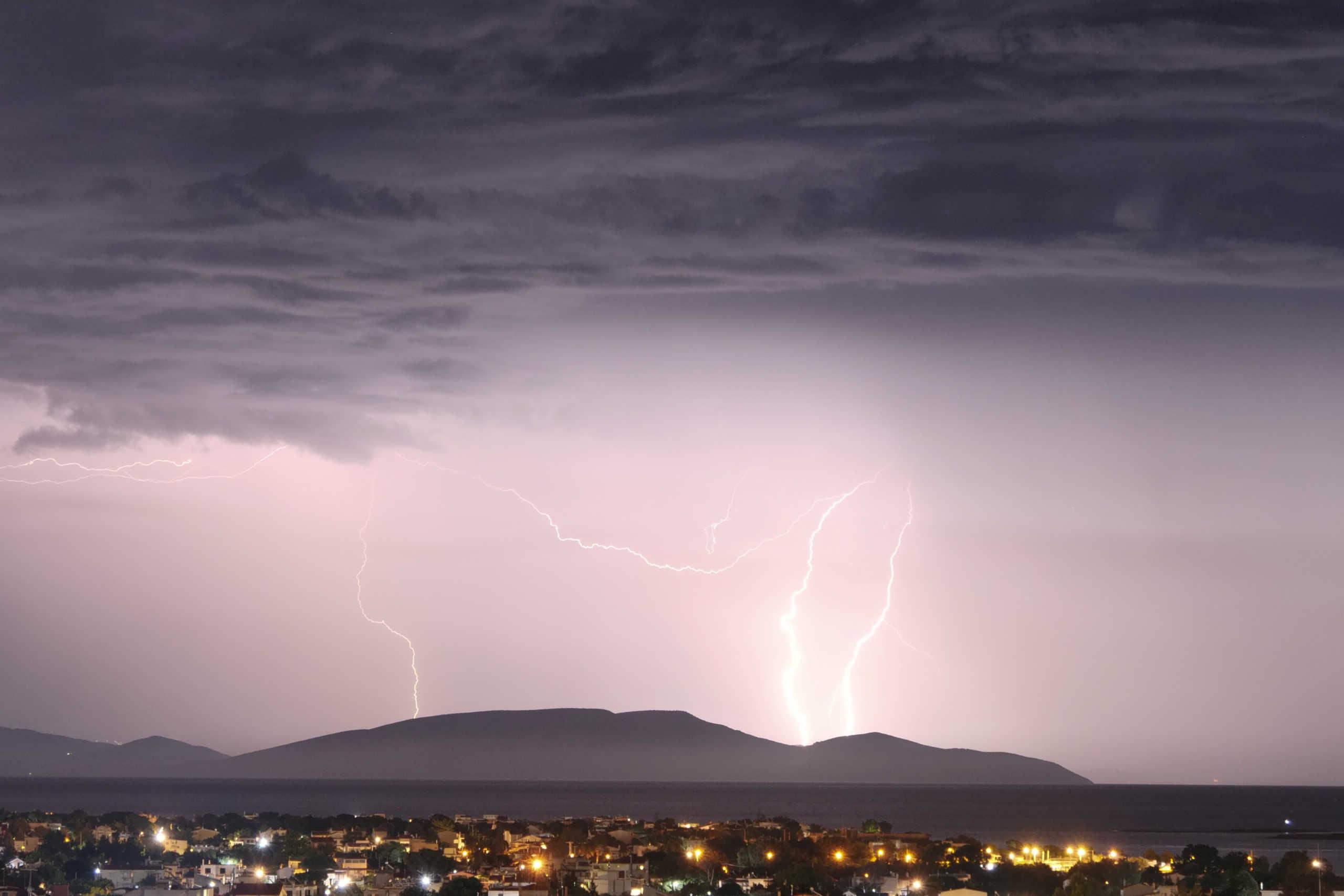 Καιρός αύριο: Επιδείνωση με βροχές, καταιγίδες και χιόνια στα ορεινά