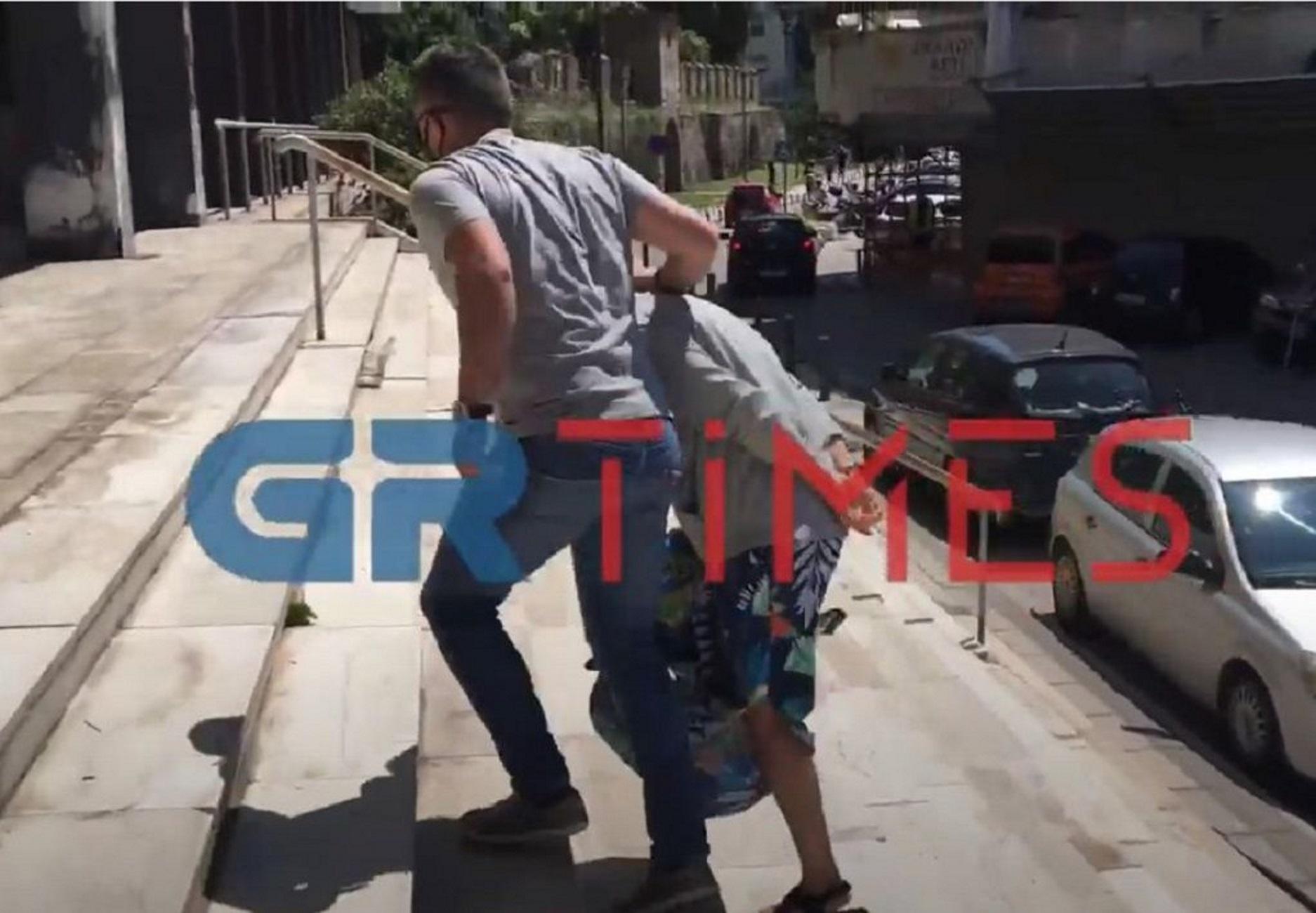 Θεσσαλονίκη: Έτσι έφτασε στα δικαστήρια η κοκκινομάλλα που κατηγορείται για την απαγωγή της 10χρονης Μαρκέλλας (Βίντεο)