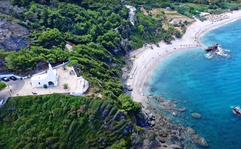 Η απίστευτη παραλία με φαράγγι και καταρράκτες στην άκρη της Ελλάδας