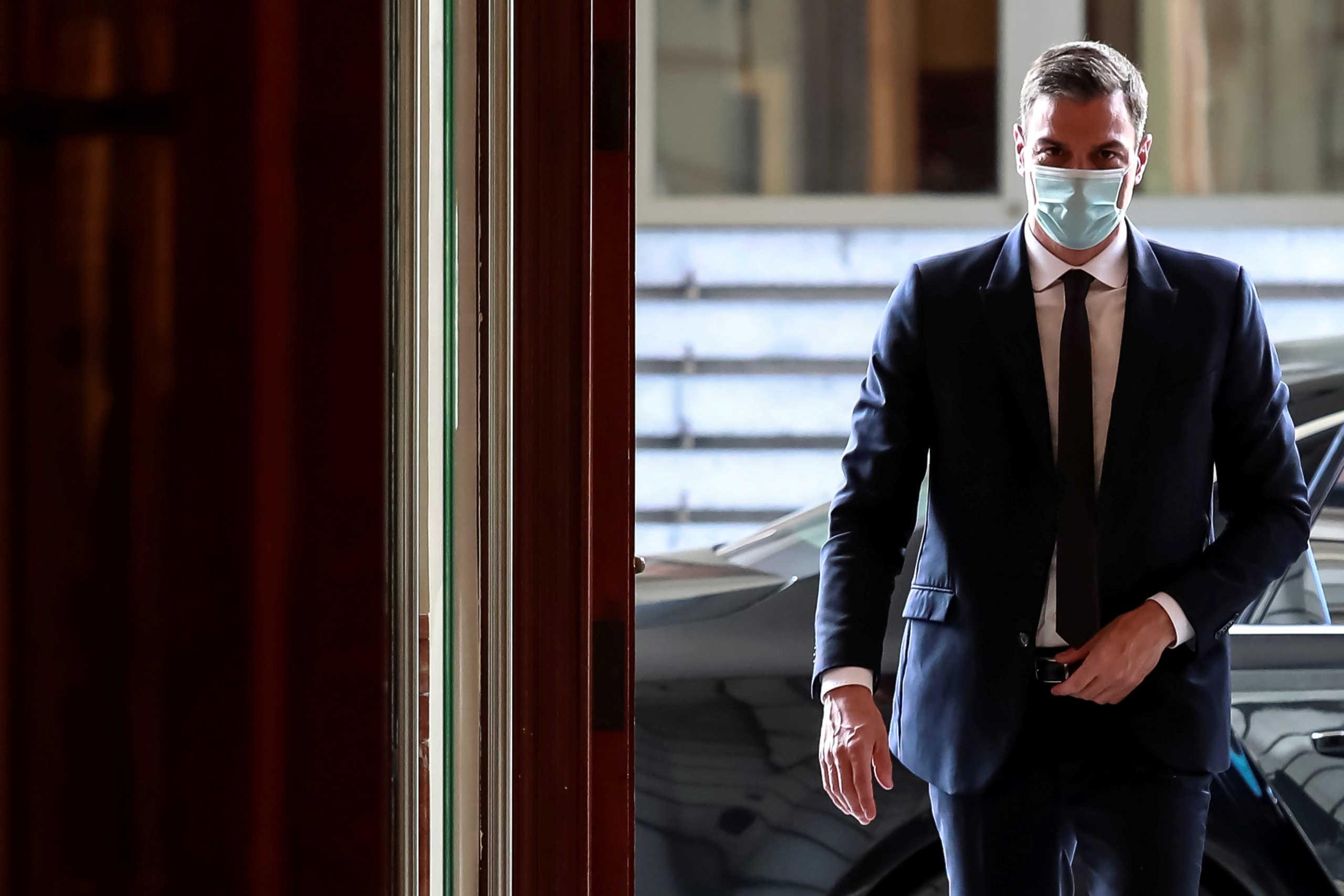 Ισπανία: Με μάσκα και αποστάσεις ο Σάντσεθ σε προεκλογική εκστρατεία