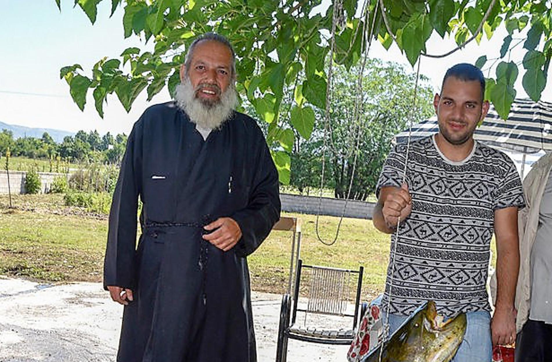 Λάρισα: Ιερέας έβγαλε ΑΔΙΑΝΟΗΤA μεγάλο ψάρι από τον Πηνειό! Θα μείνετε με το στόμα ανοιχτό (pics)