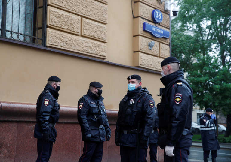 Ρωσία: Συνέλαβαν στην Αγία Πετρούπολη την ακτιβίστρια και ζωγράφο Κατρίν Νενάσεβα