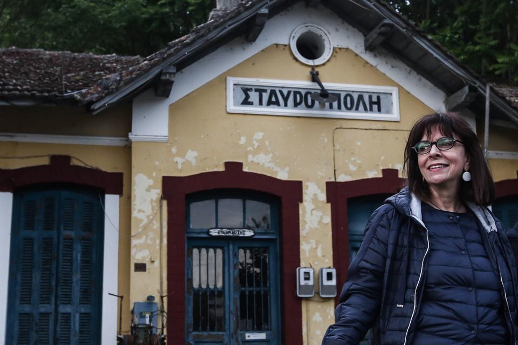 """Η Κατερίνα Σακελλαροπούλου """"υποκλίνεται"""" στις γυναίκες της Θράκης"""