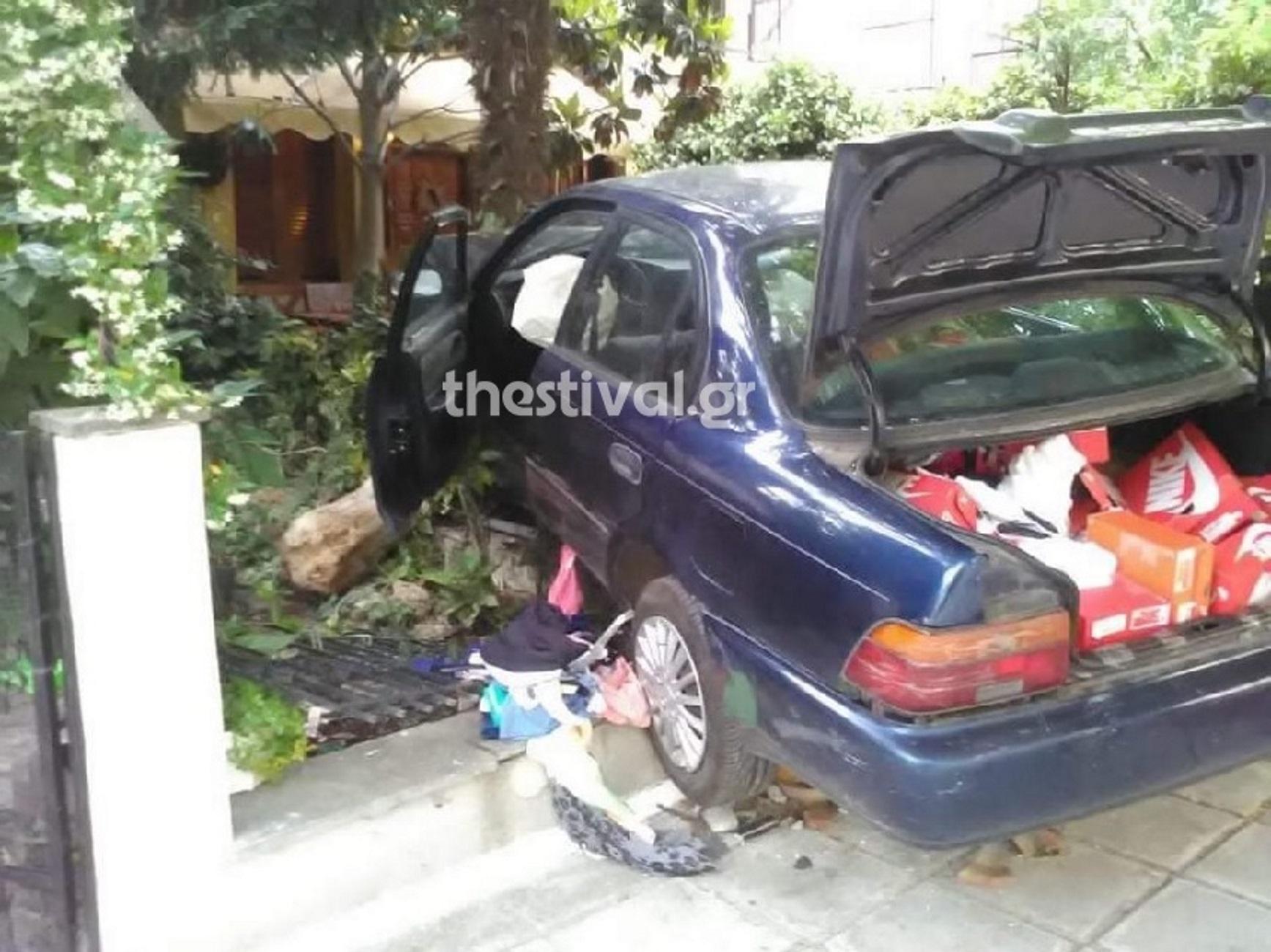 Θεσσαλονίκη: Το αυτοκίνητο των διαρρηκτών έπεσε σε αυλή σπιτιού! Οι εικόνες στο εσωτερικό του (Φωτό)