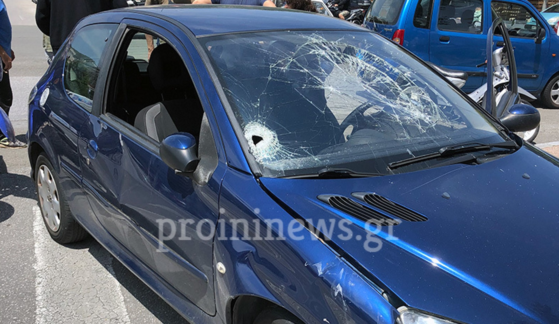 Σοκαριστικό τροχαίο στην Καβάλα: Βρέθηκε πάνω στο παρμπρίζ αυτοκινήτου (pics)