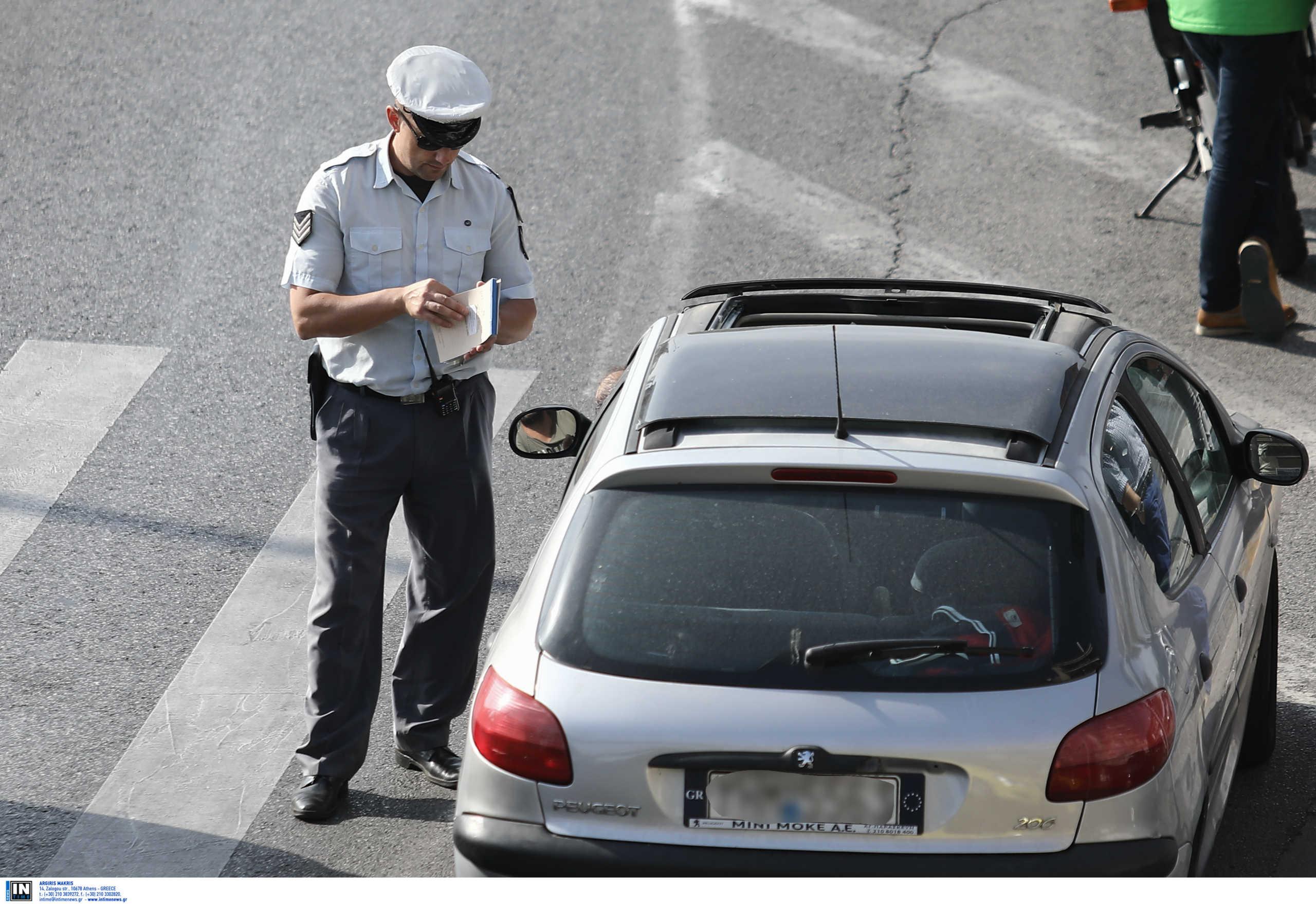 Πόσα άτομα επιτρέπονται σε ΙΧ και ταξί από την Τρίτη – Τι ισχύει στις μεταφορές