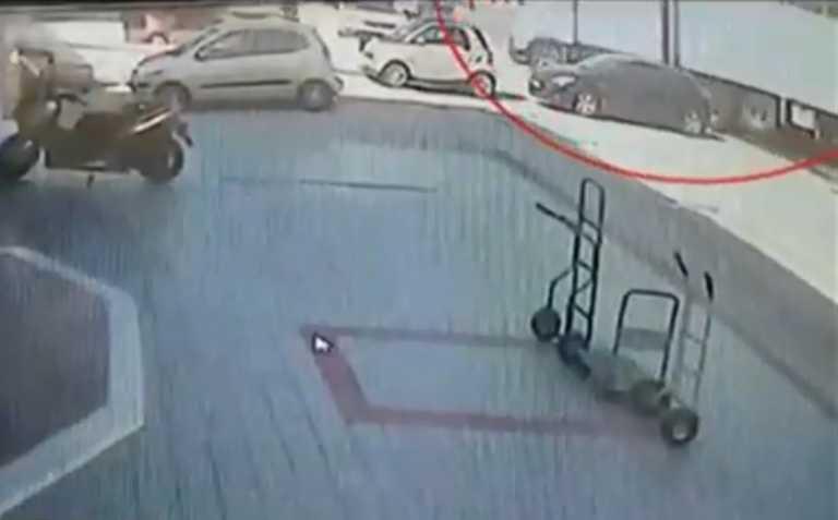 Πειραιώς: Βίντεο σοκ από το φορτηγό που «καρφώθηκε» σε εταιρεία