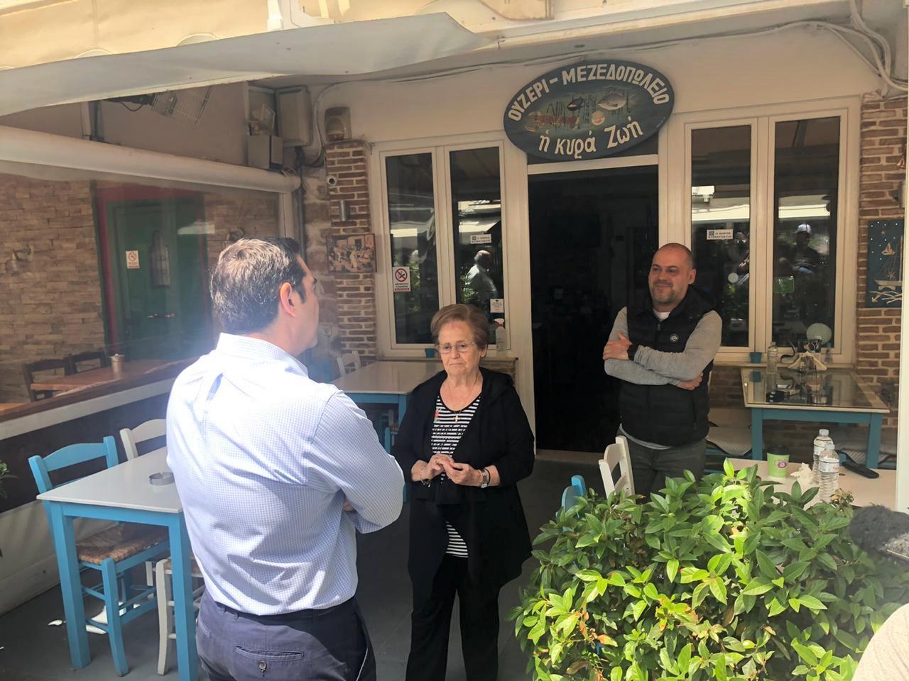 Τσίπρας: Βόλτα στην Καισαριανή και συνάντηση με καταστηματάρχες