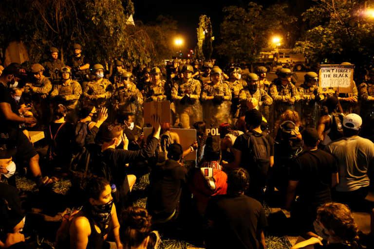 ΗΠΑ: Αλλο ένα βράδυ μαζικών διαδηλώσεων - Τα... μαζεύει ο Τραμπ: Δεν θα βγει στρατός στους δρόμους (video)