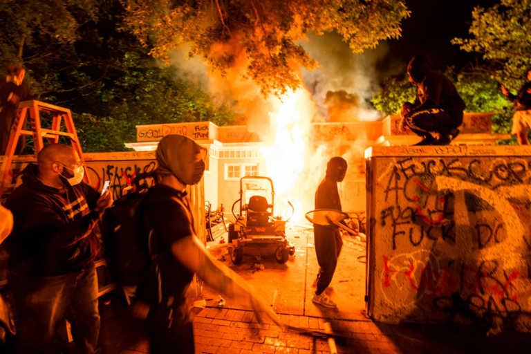 Φωτιές και δακρυγόνα έξω από τον Λευκό Οίκο – «Φυγάδευσαν» Τραμπ και Μελάνια