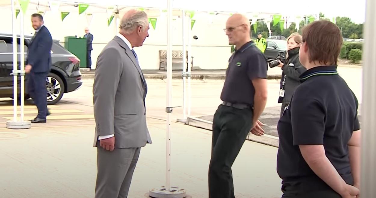 Σοκ για τον Πρίγκιπα Κάρολο! Υπάλληλος σούπερ μάρκετ λιποθύμησε μπροστά στα μάτια του